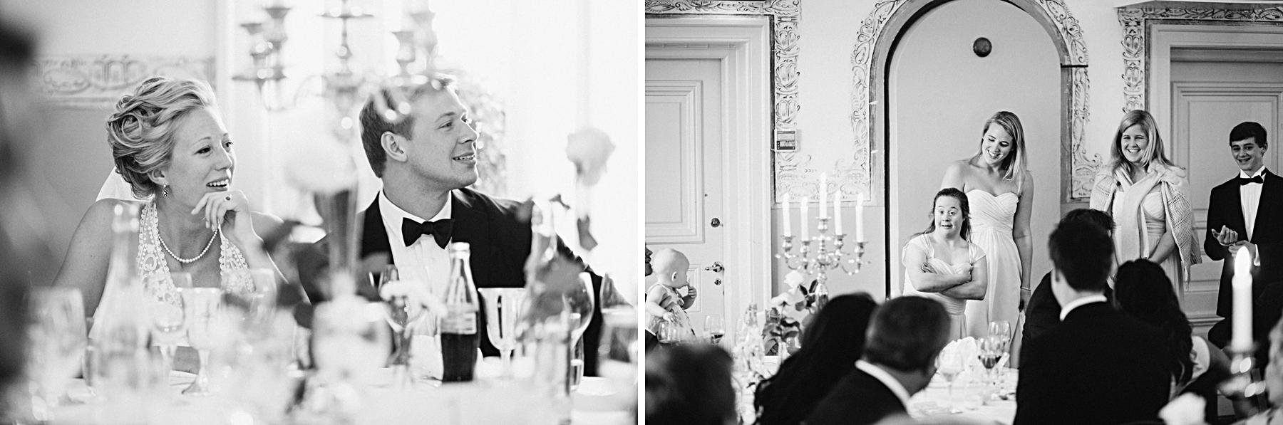Brudparet lyssnar på brudgummens syster tal mellan jättelika k