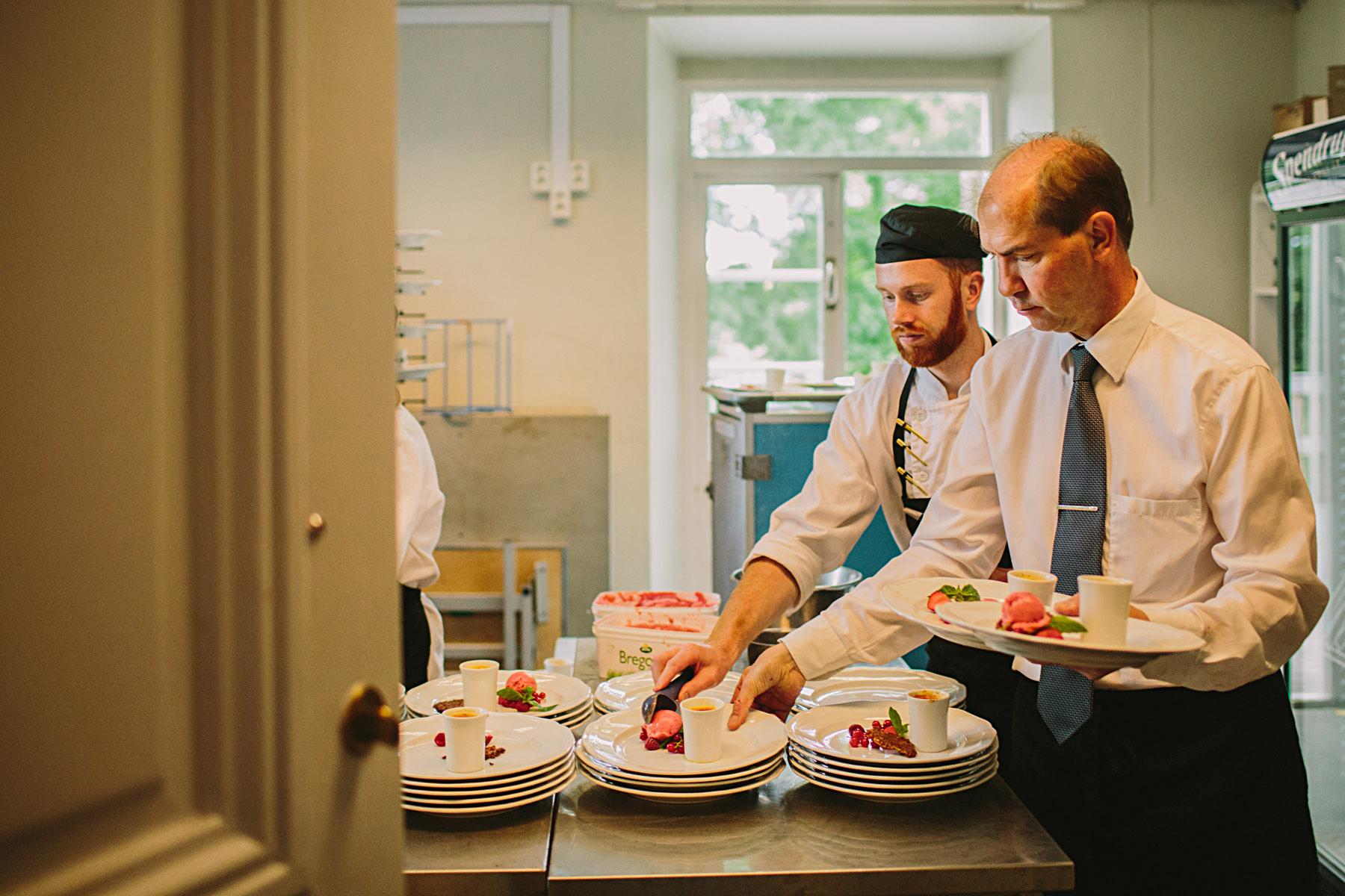 Personalen förbereder efterrätten i köket