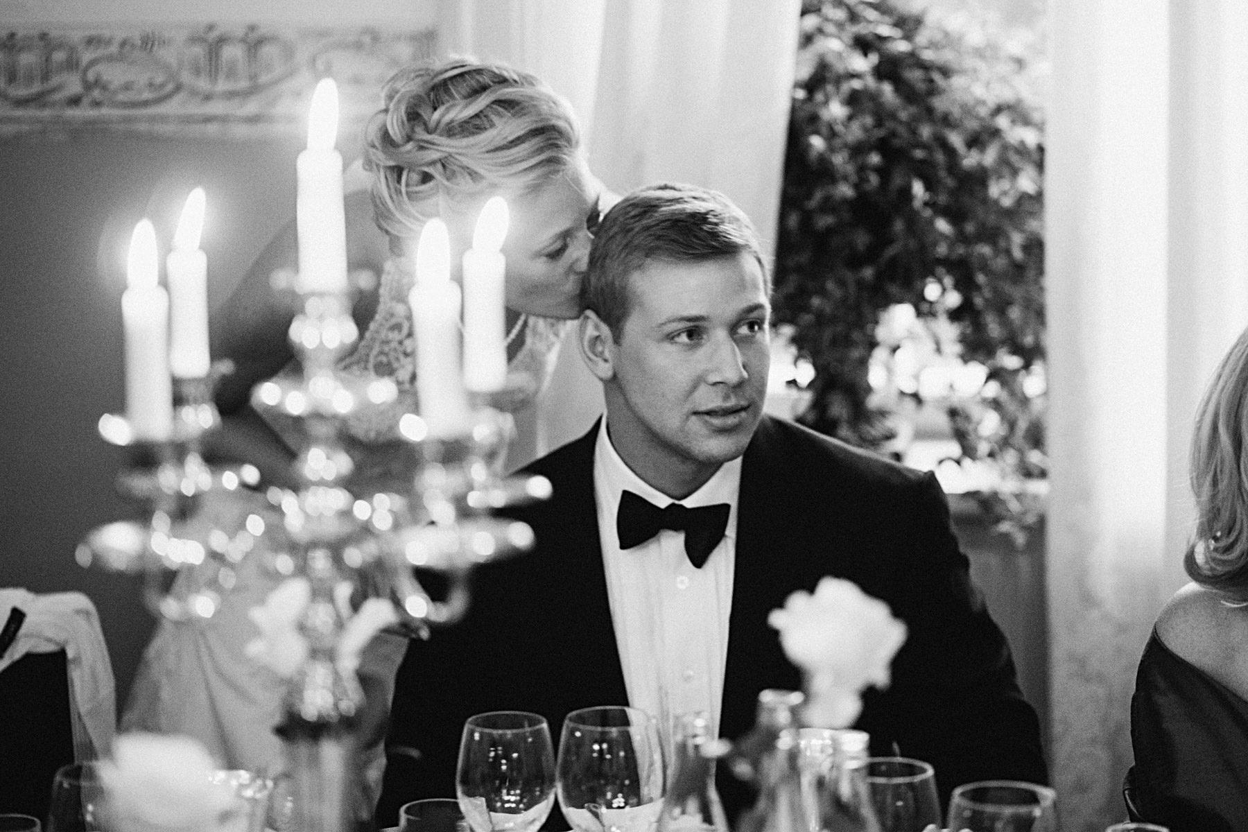 Bruden kysser brudgummen och luktar på hans hår