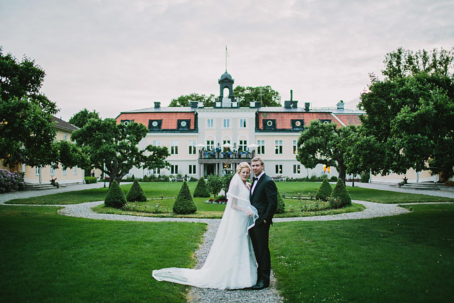 Bröllopsporträtt vid Södertuna Slott i trädgården