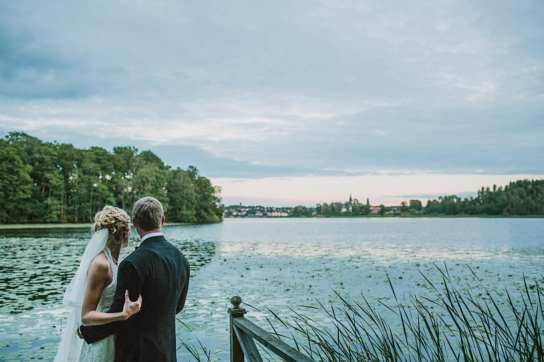 Brudpar blickar ut över Frösjön mot Gnesta