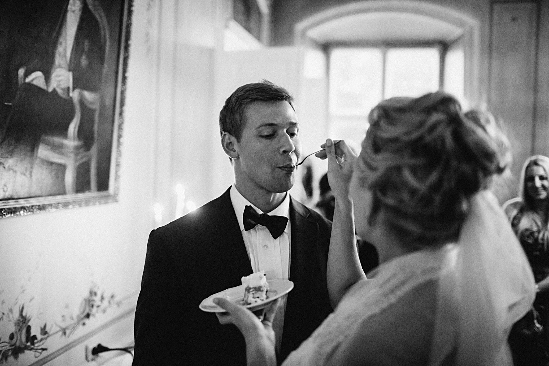 Tårtätning på bröllop