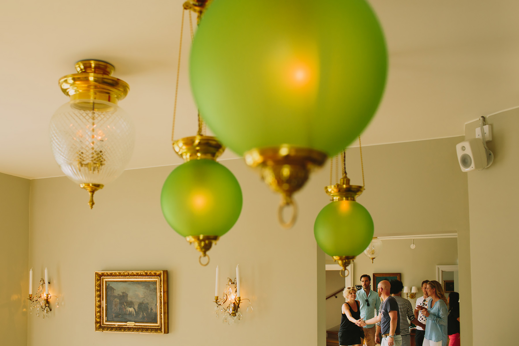 Gästerna anländer till rum med gröna lampor
