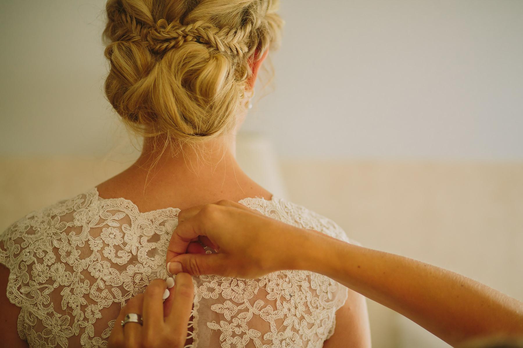 knappar på brudklänning
