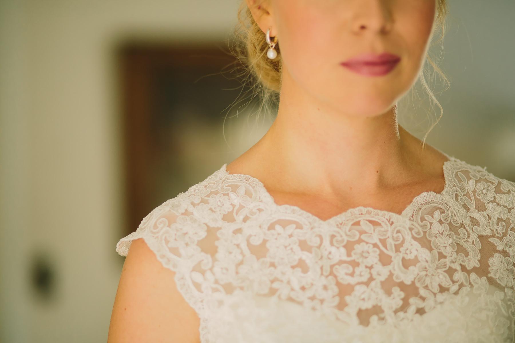 spetskrage på brudklänning