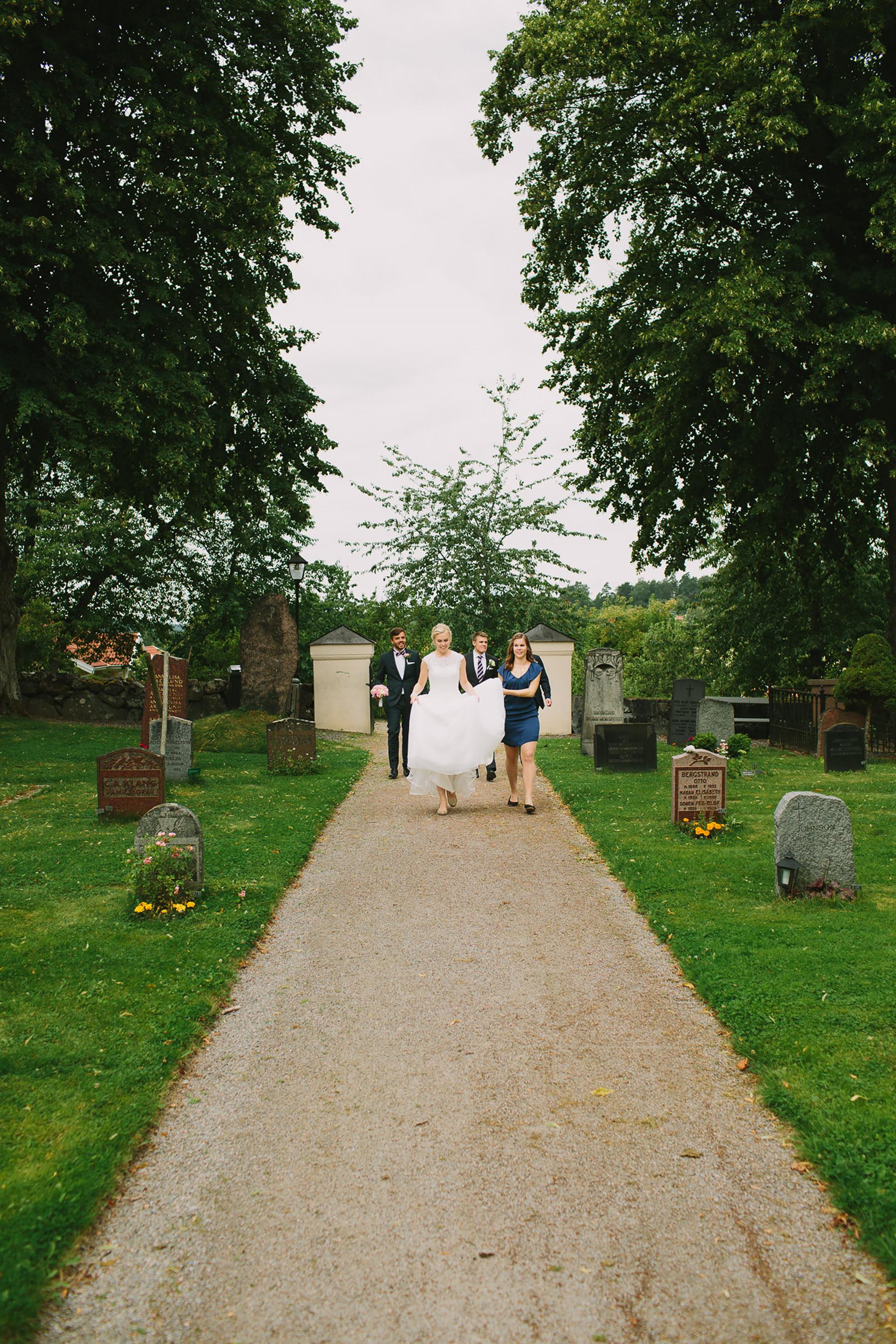 Brudparet anländer till kyrkan