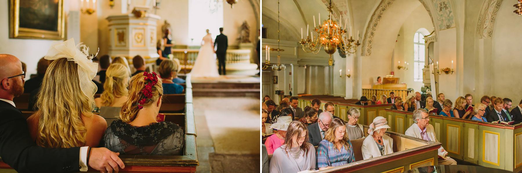 gäster på bröllop i kyrkan