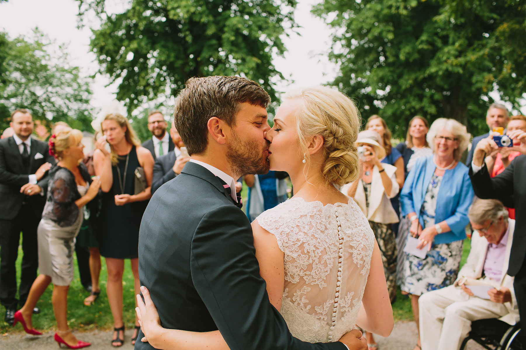 kyssen inför gästerna