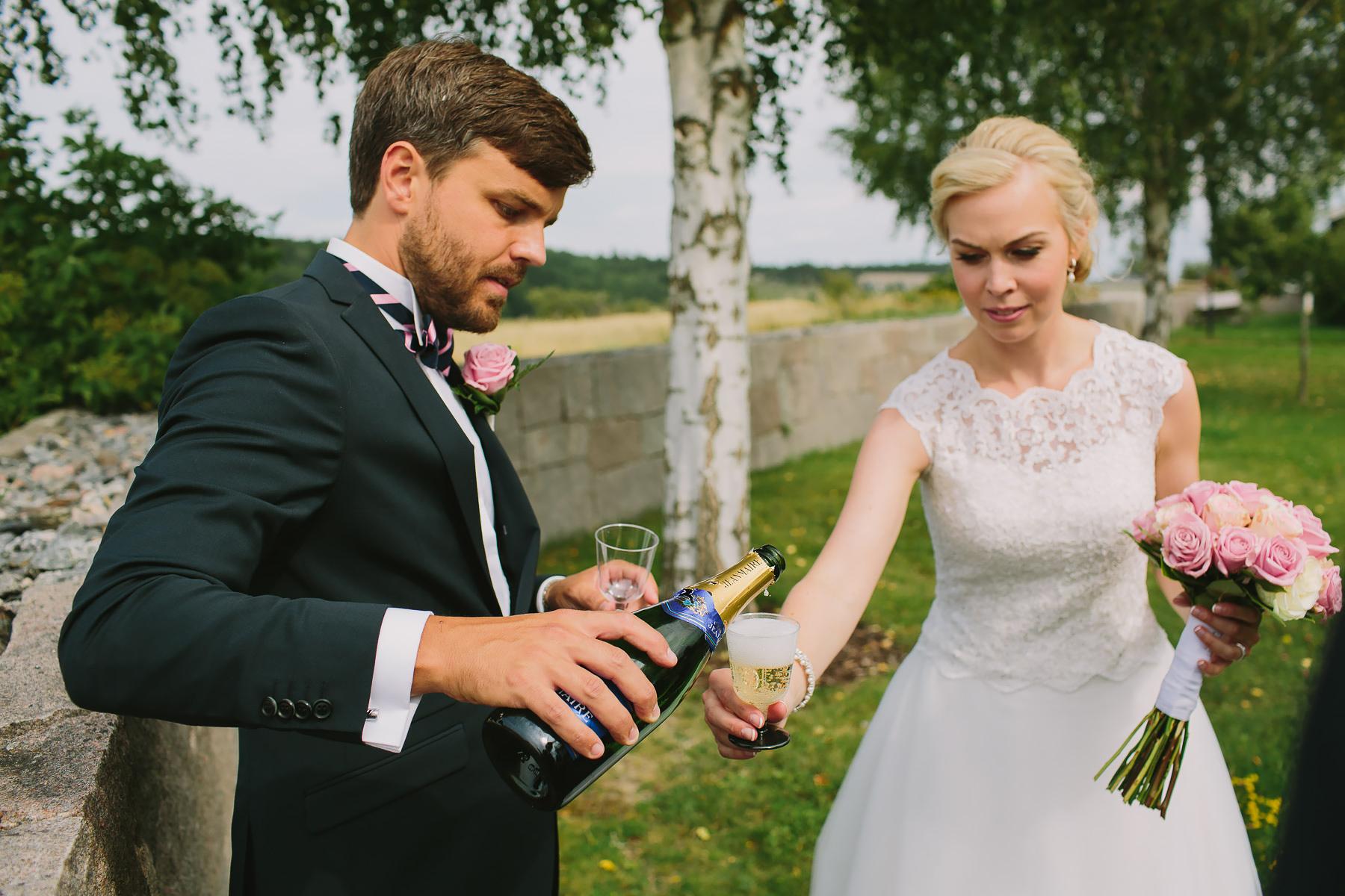 dricker champagne i kyrkans trädgård