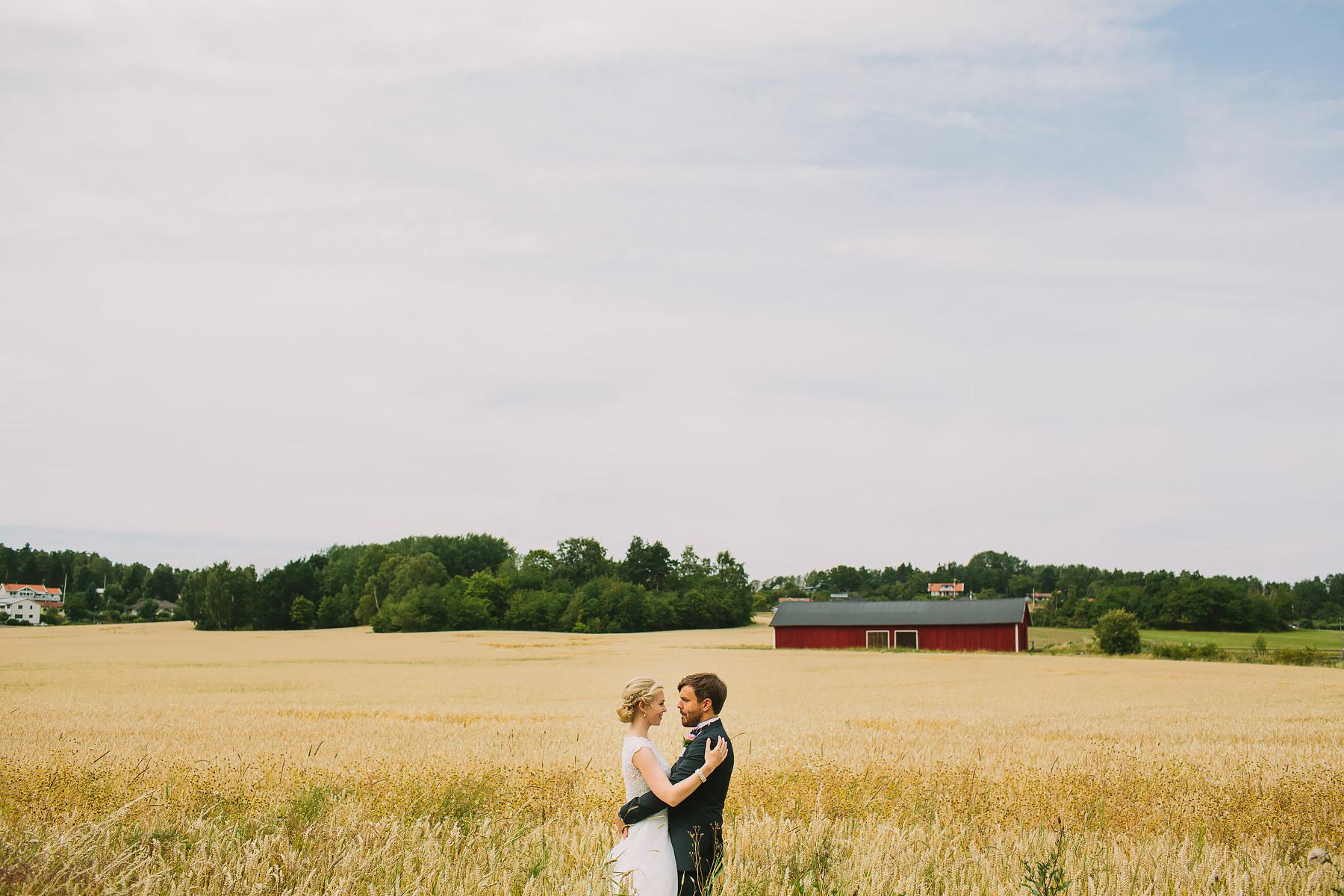 Bröllopsporträtt Ekerö Kyrka på åker