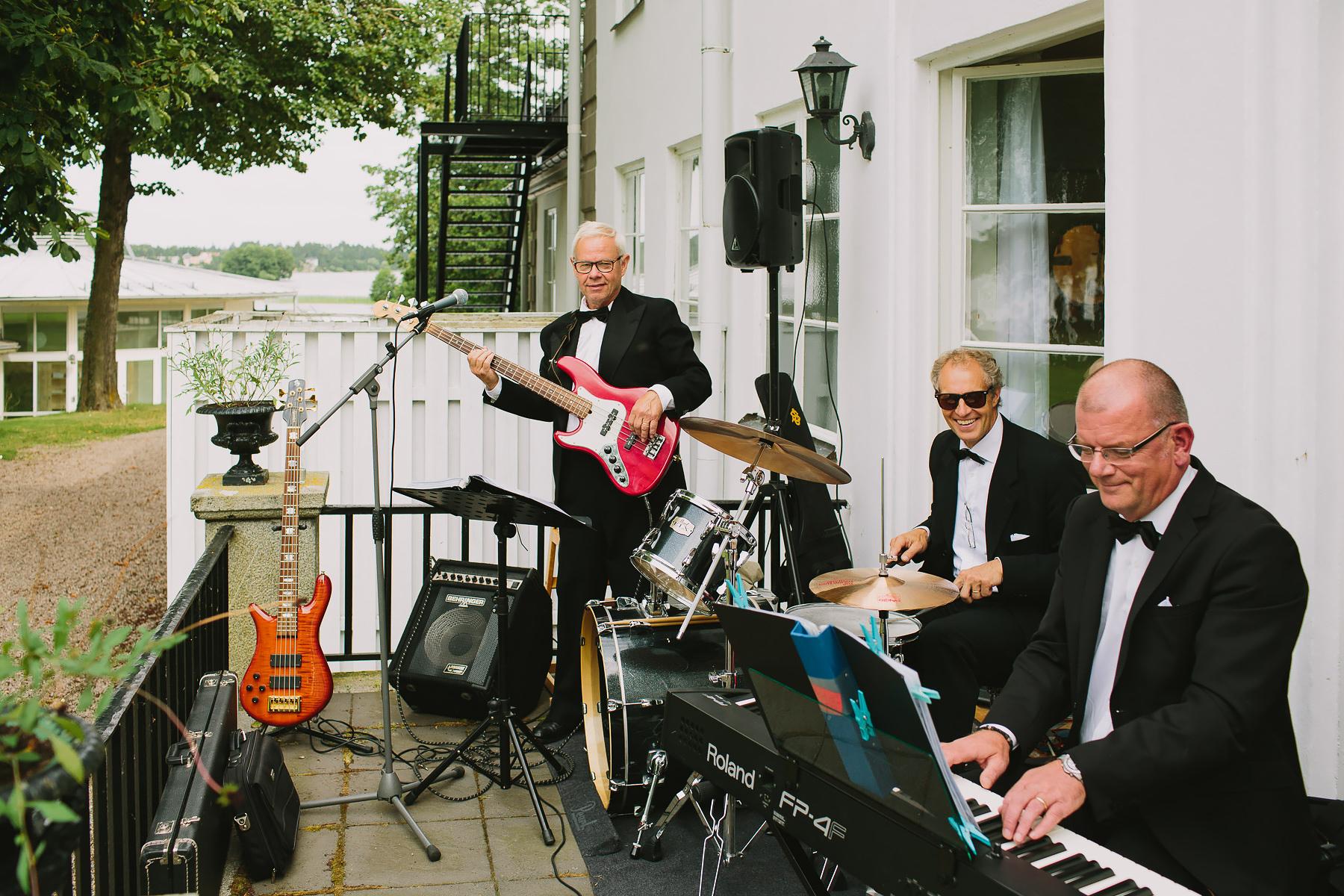 jazzband spelar i trädgården