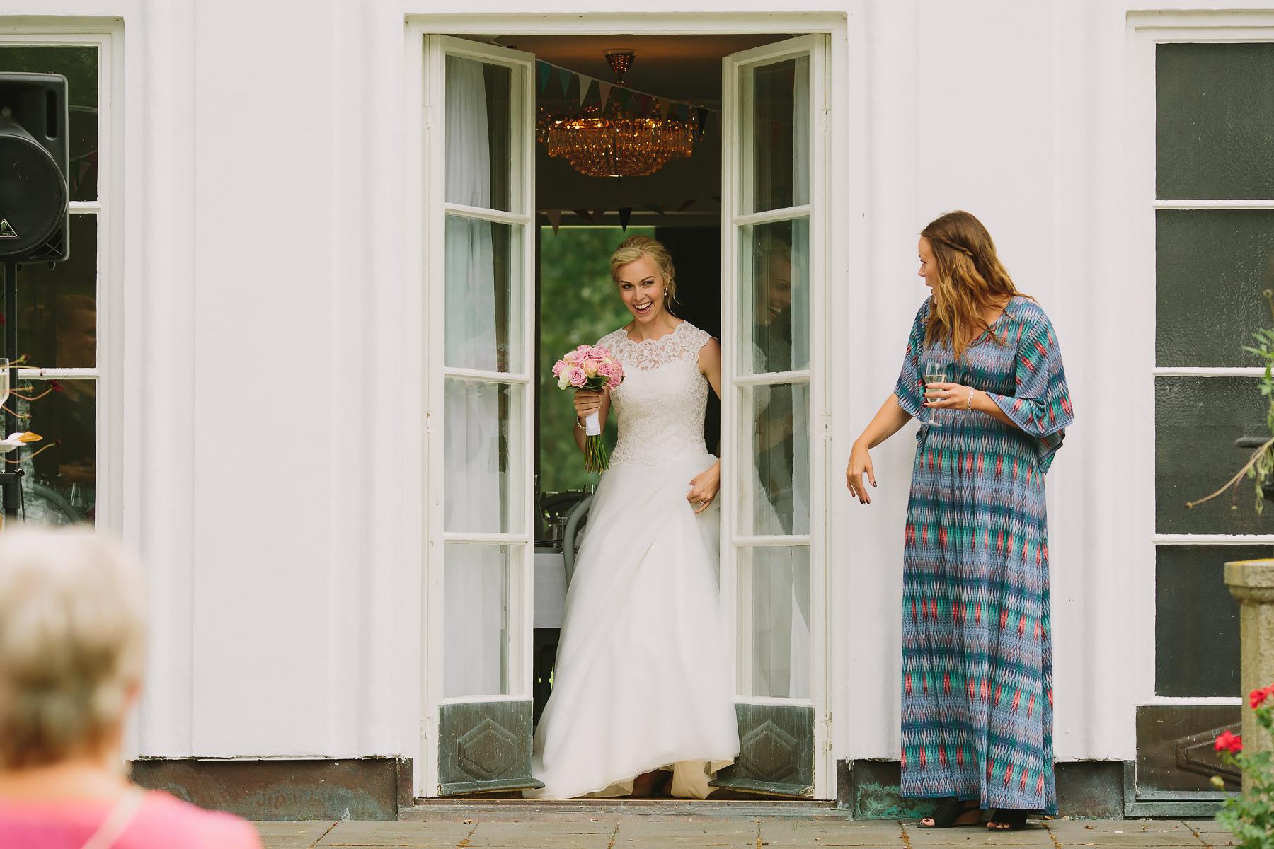 bruden anländer till mingel