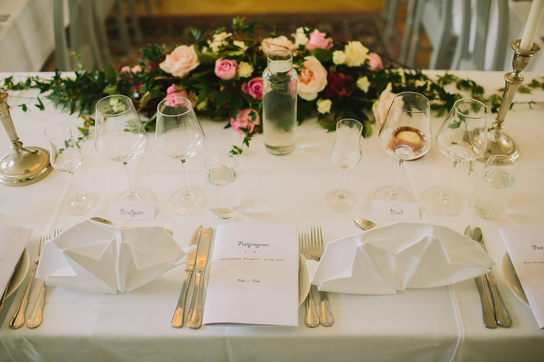 Blomsterdekorationer och program bröllop