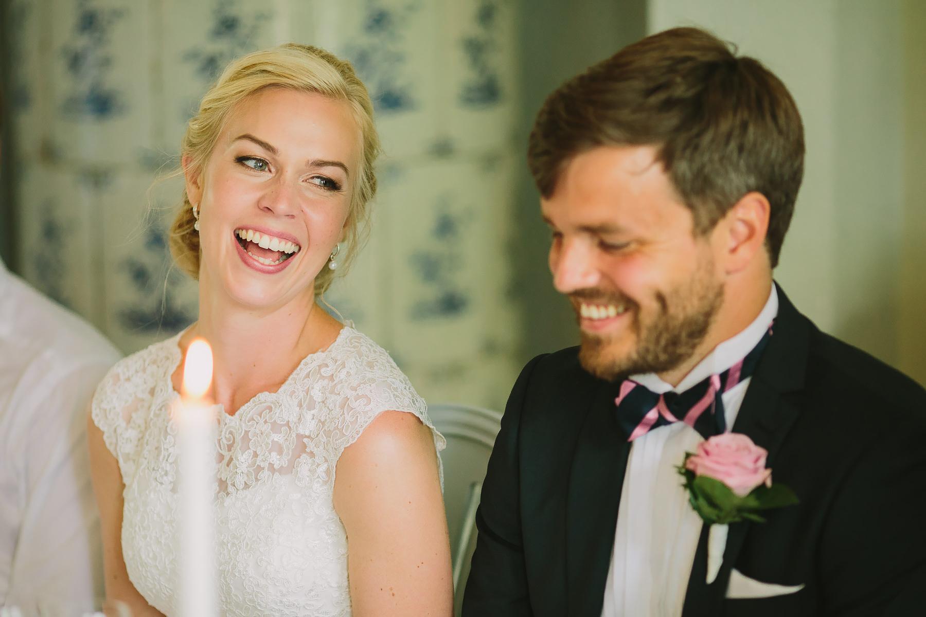 Bruden skrattar