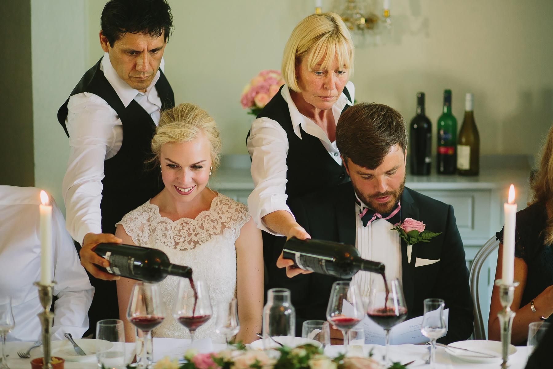 Vin serveras under bröllopsmiddagen