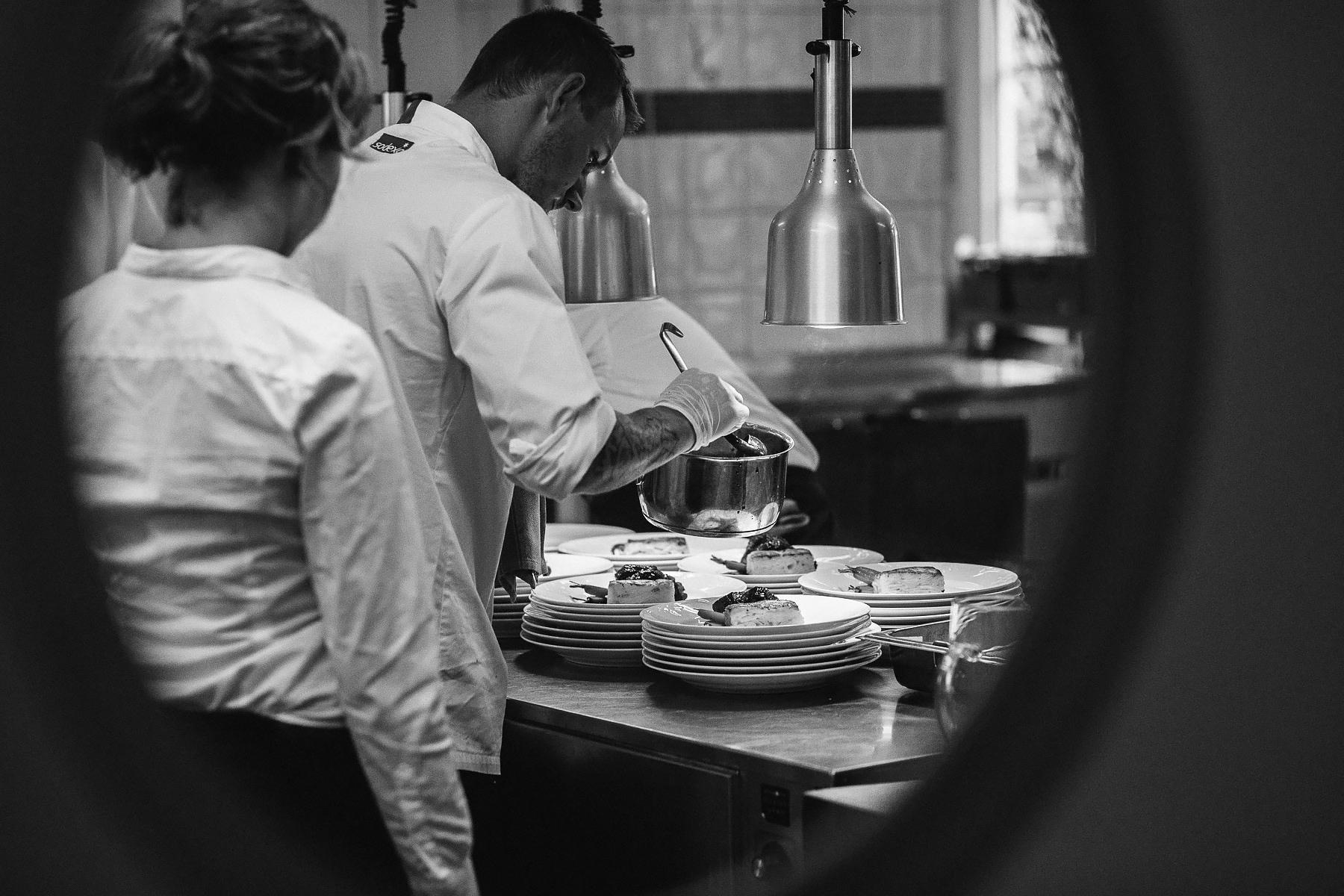 Köket gör i ordning huvudrätten
