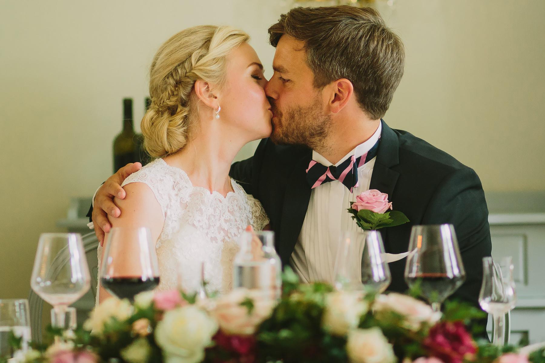 Brudparet kysser varandra under middagen