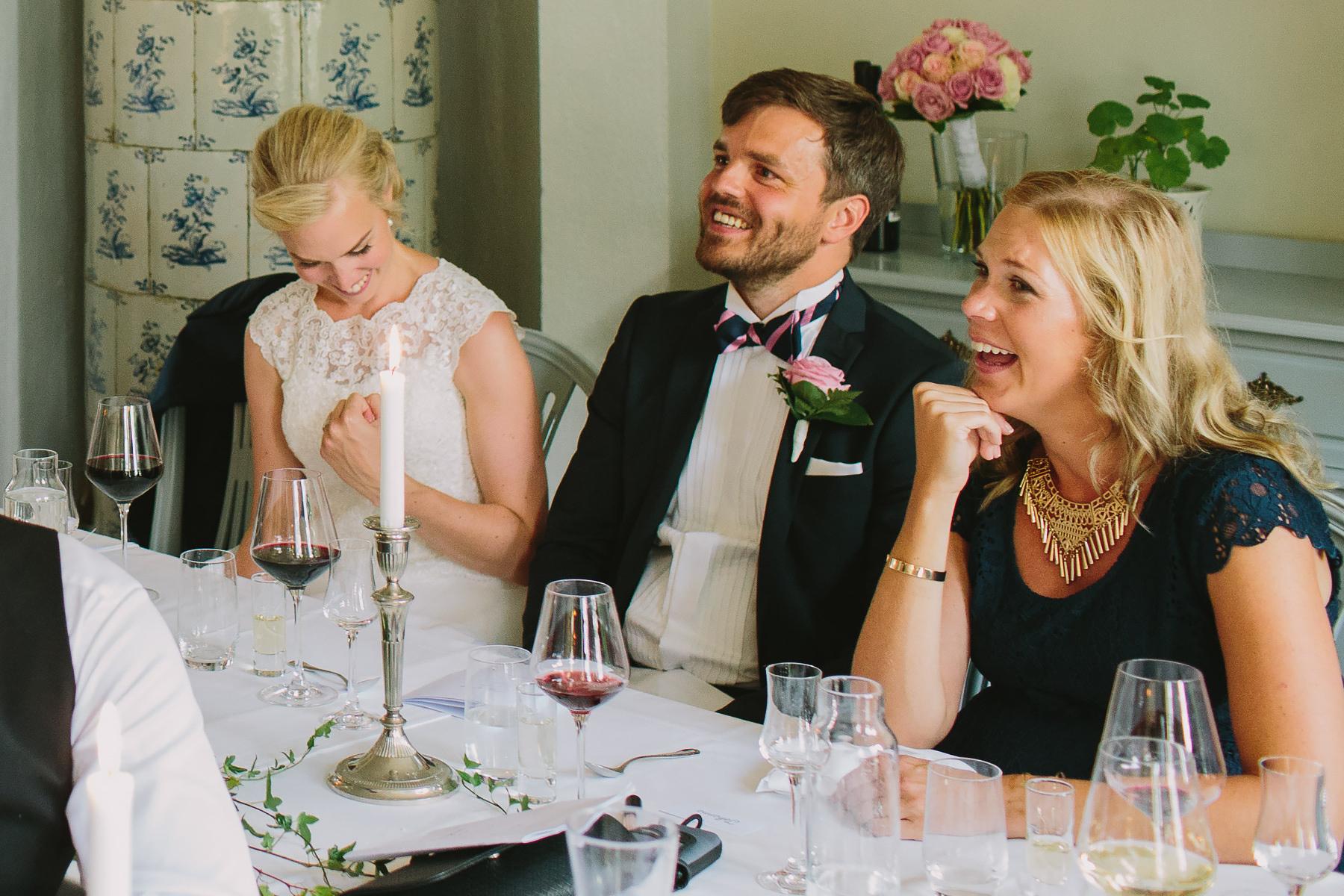 Skratt under bröllopstal