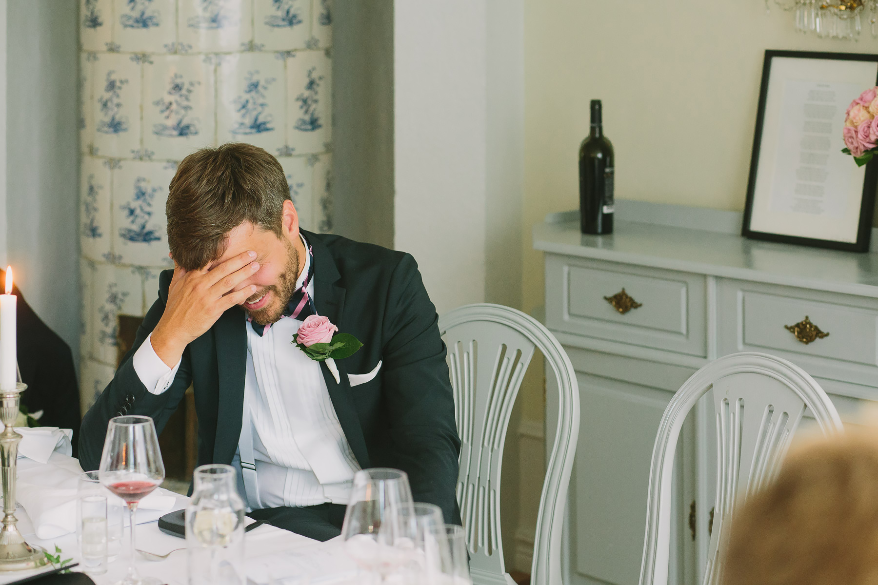 Brudgummen skäms