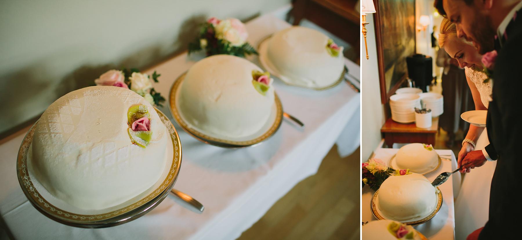 Bröllopstårta med rosa rosor i marsipan