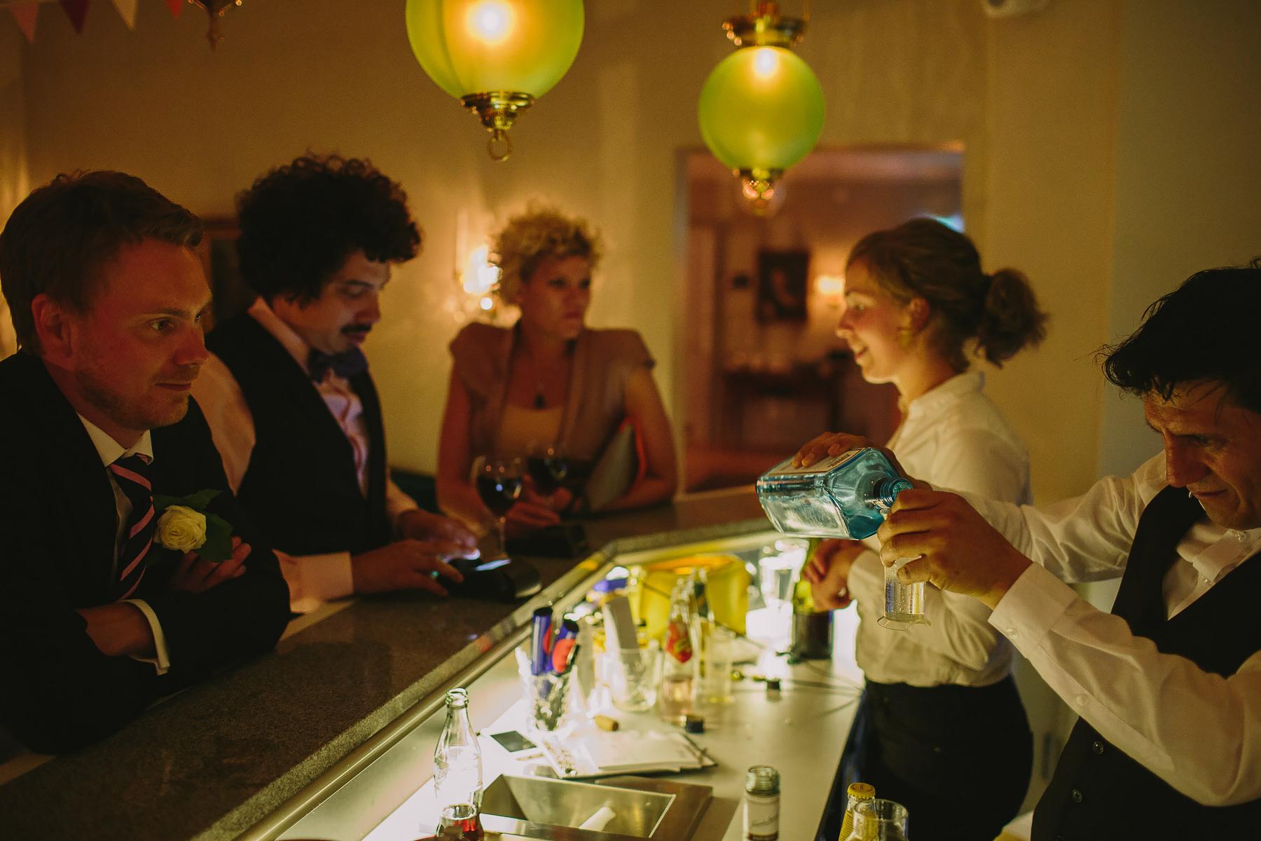 Gin och Tonic blandas till gäster