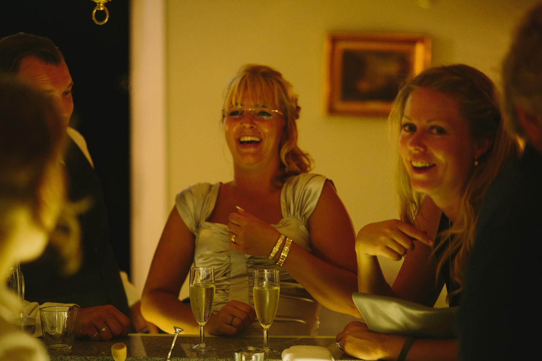Gäster skrattar i baren