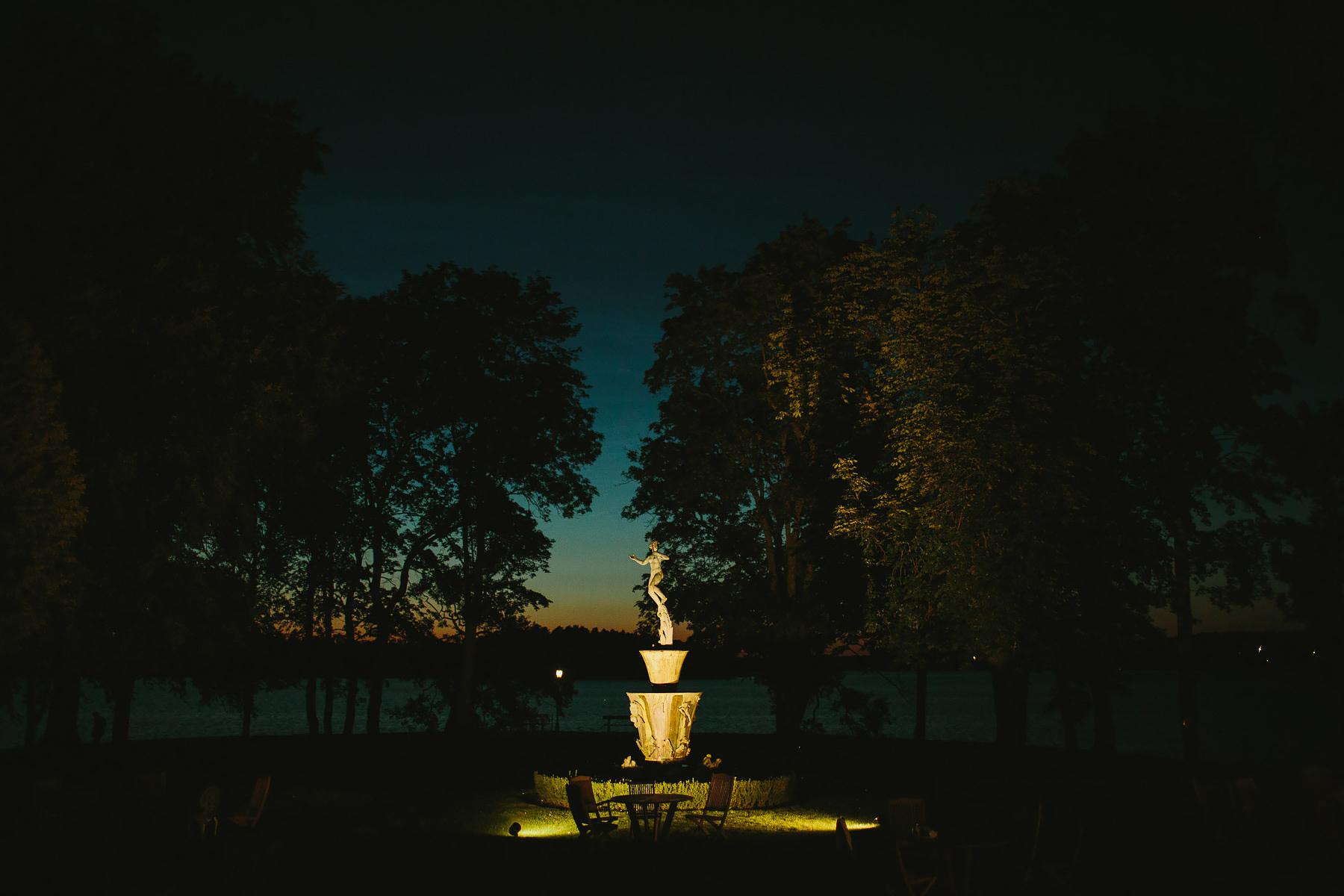 Solnedgång med Carl Milles staty Skytteholm Ekerö