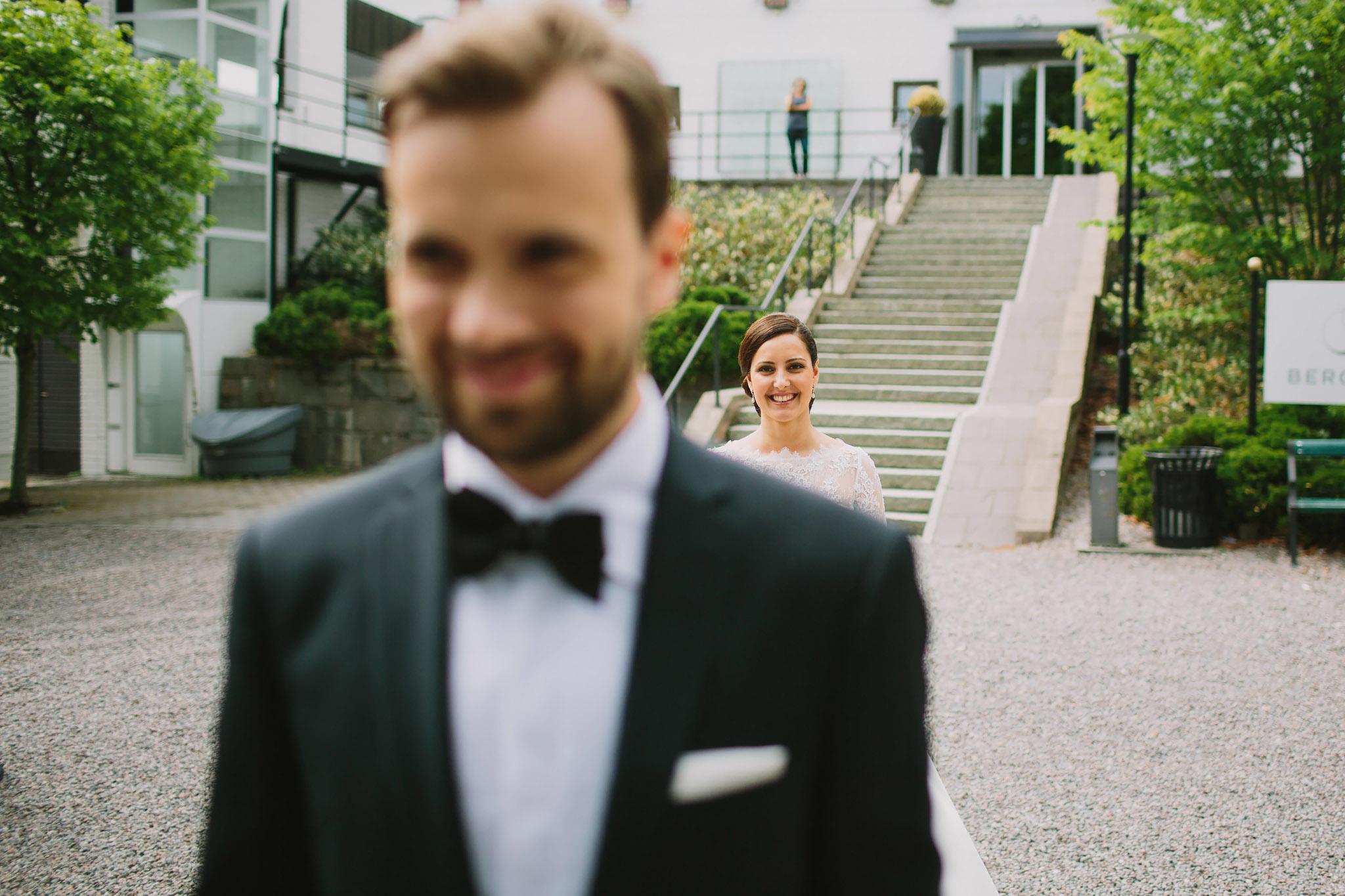 Bruden väntar på att brudgummen ska vända sig