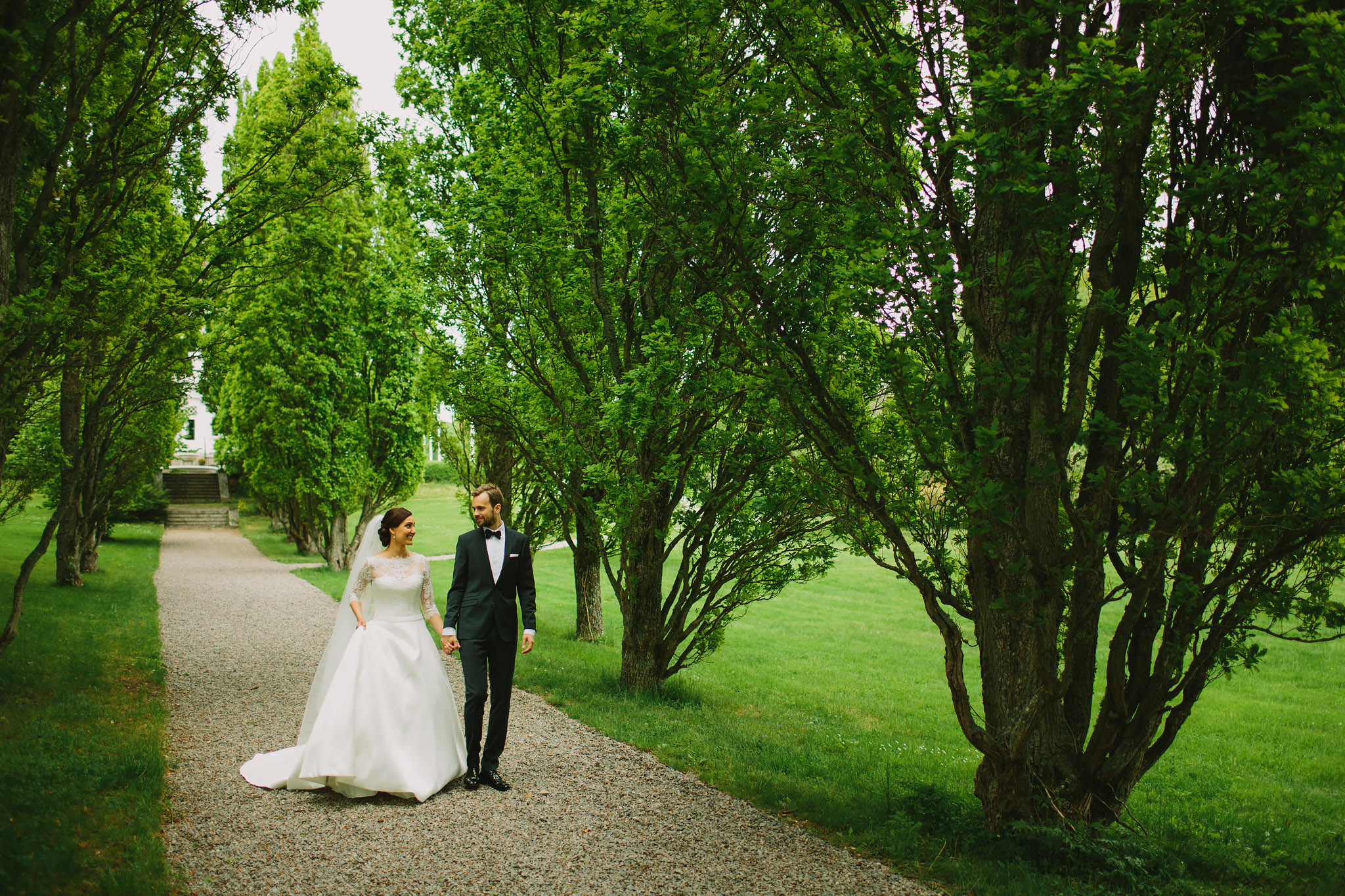 Paret går i Bergendals trädgård