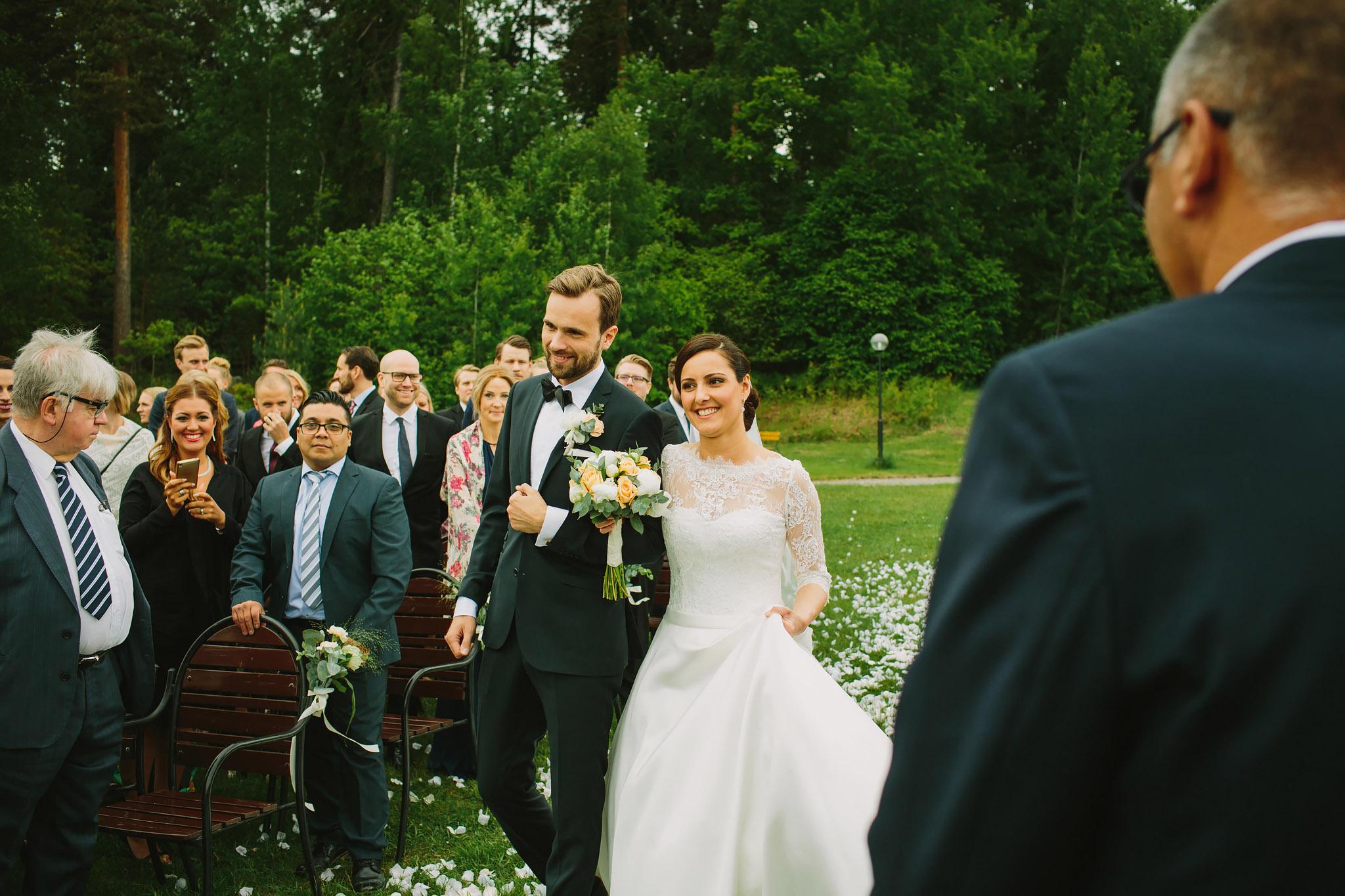Brudparet vandrar in mellan gästerna