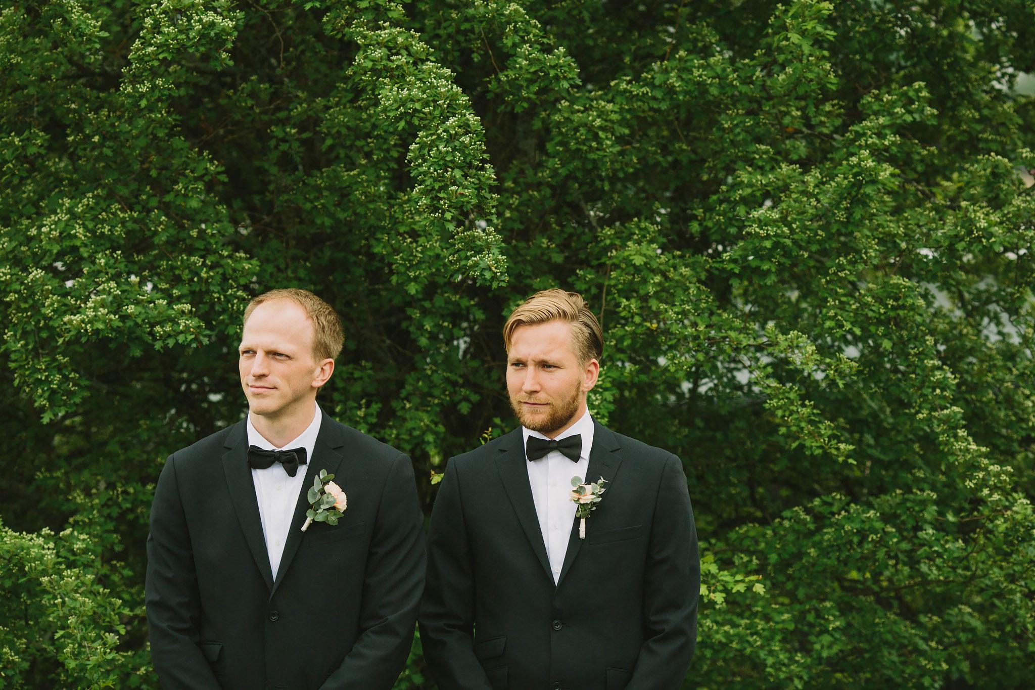 marskalkerna väntar vid brudparets sida