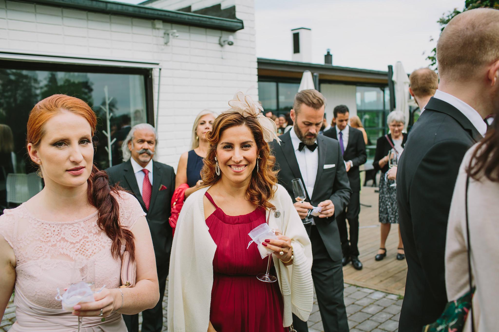 rosblad delas ut till gästerna