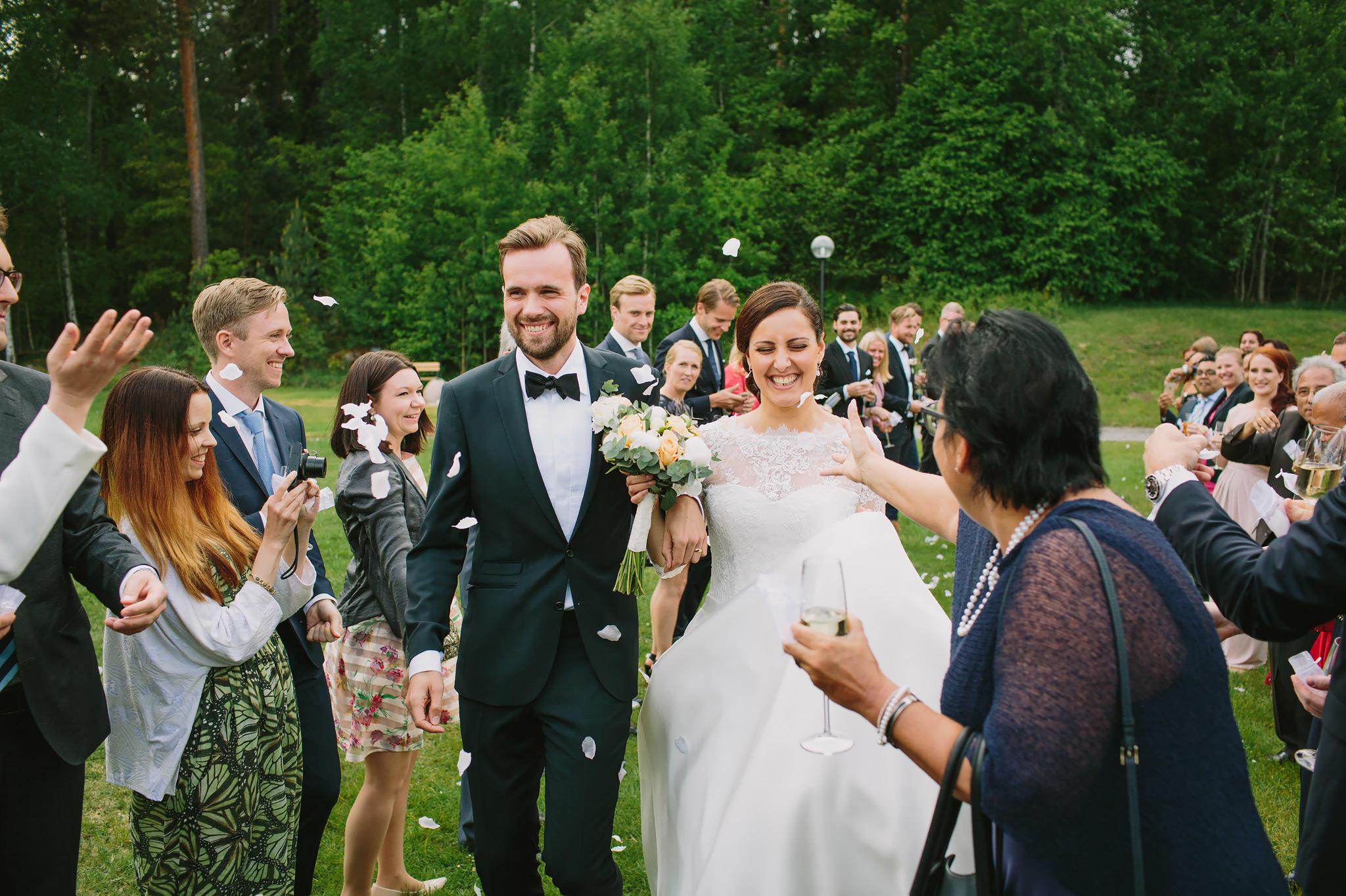 gästerna slänger rosblad på brudparet