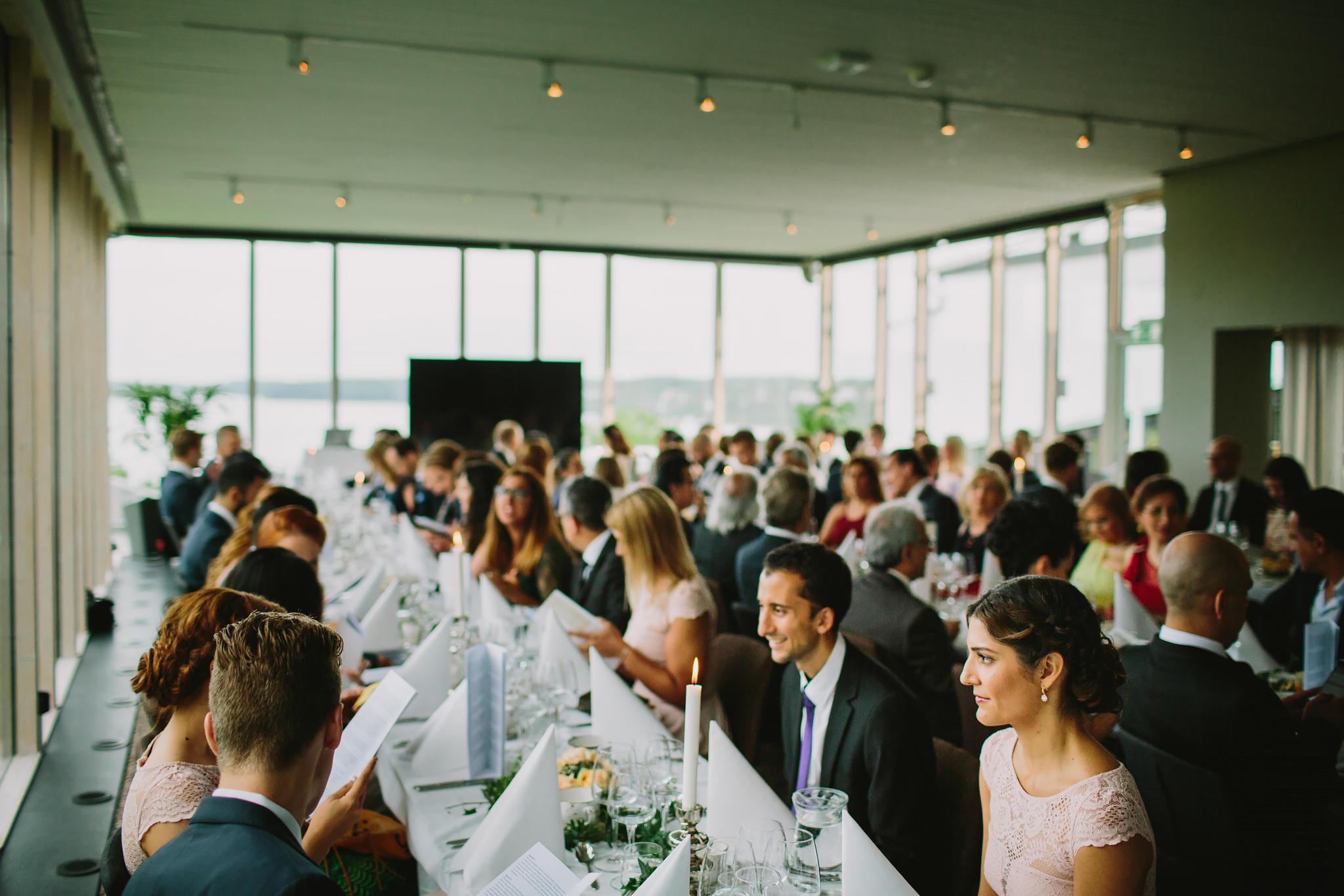 Gästerna sitter till bords