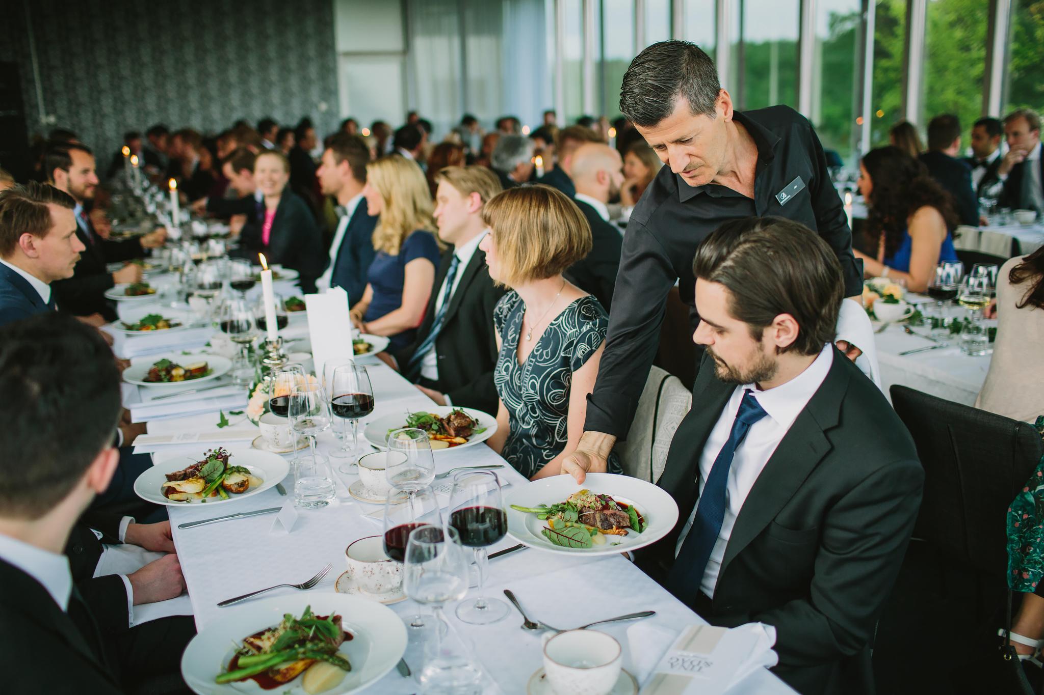 huvudrätten serveras vid bordet