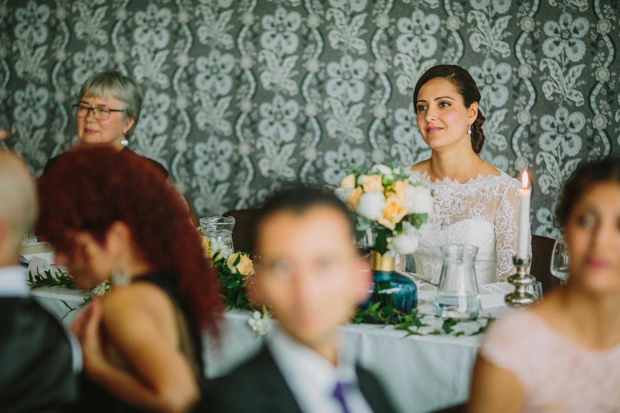 bruden lyssnar på talet