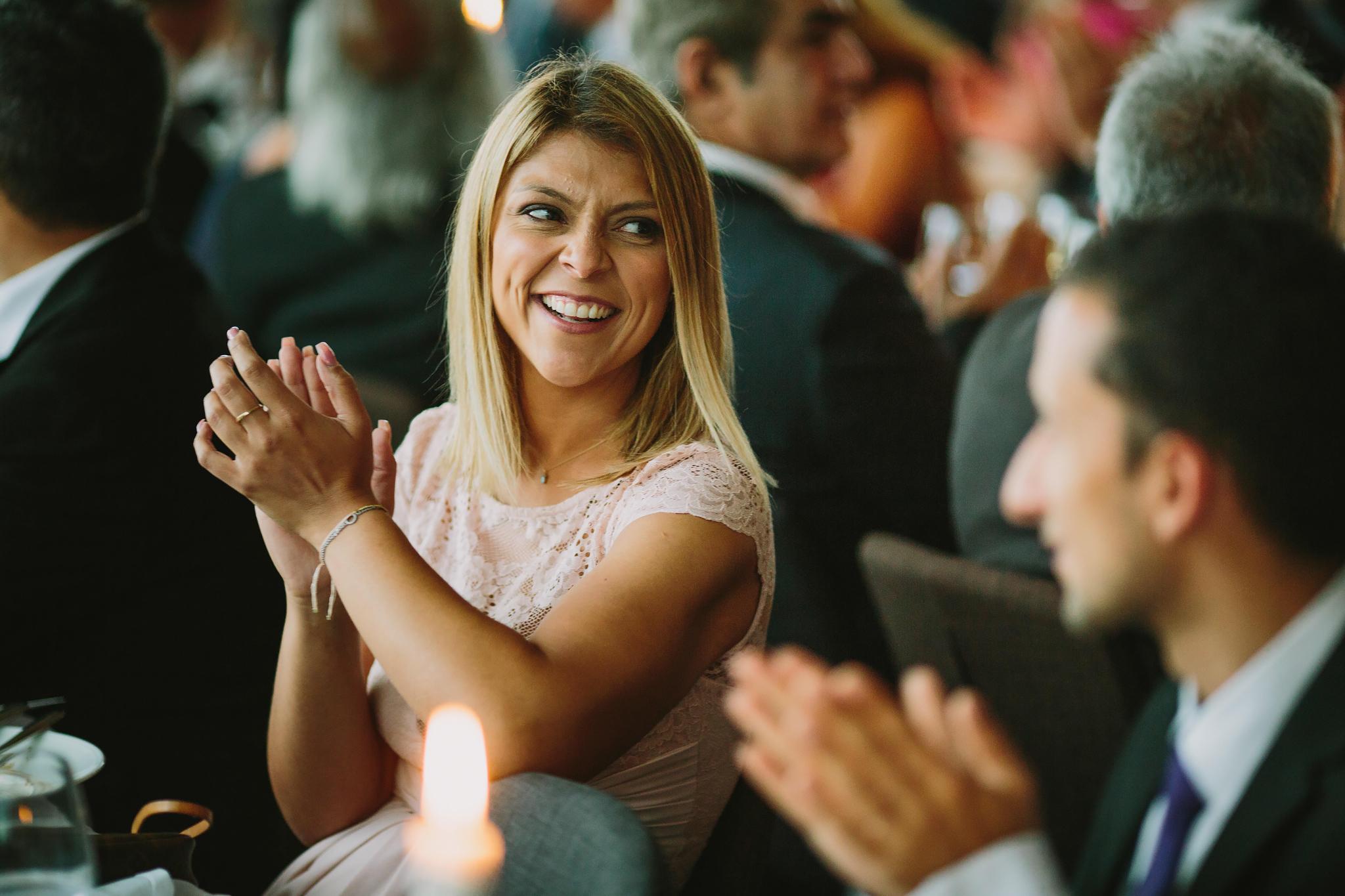 gäster klappar händer