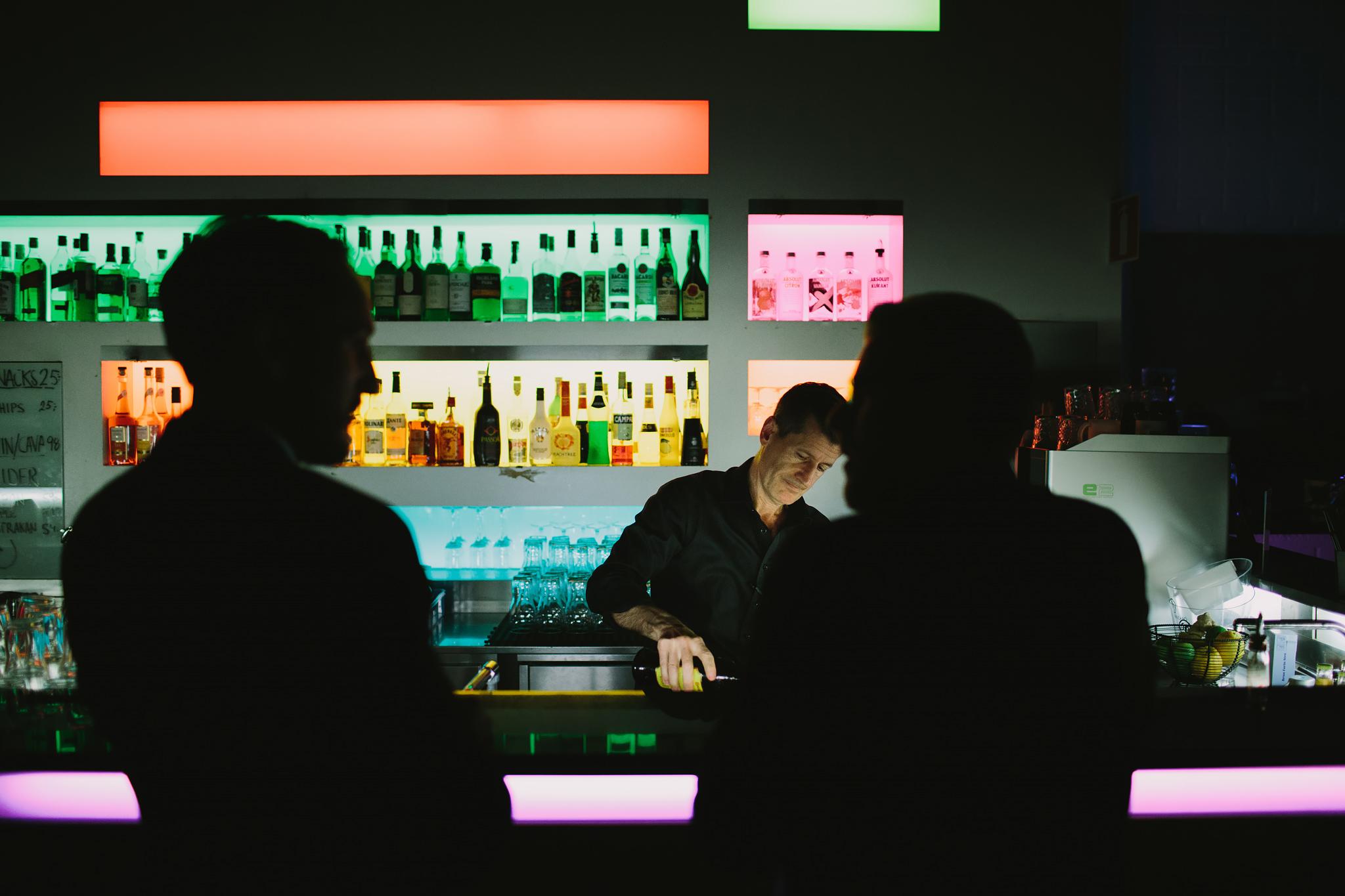 drinkar blandas i baren på Bergendal