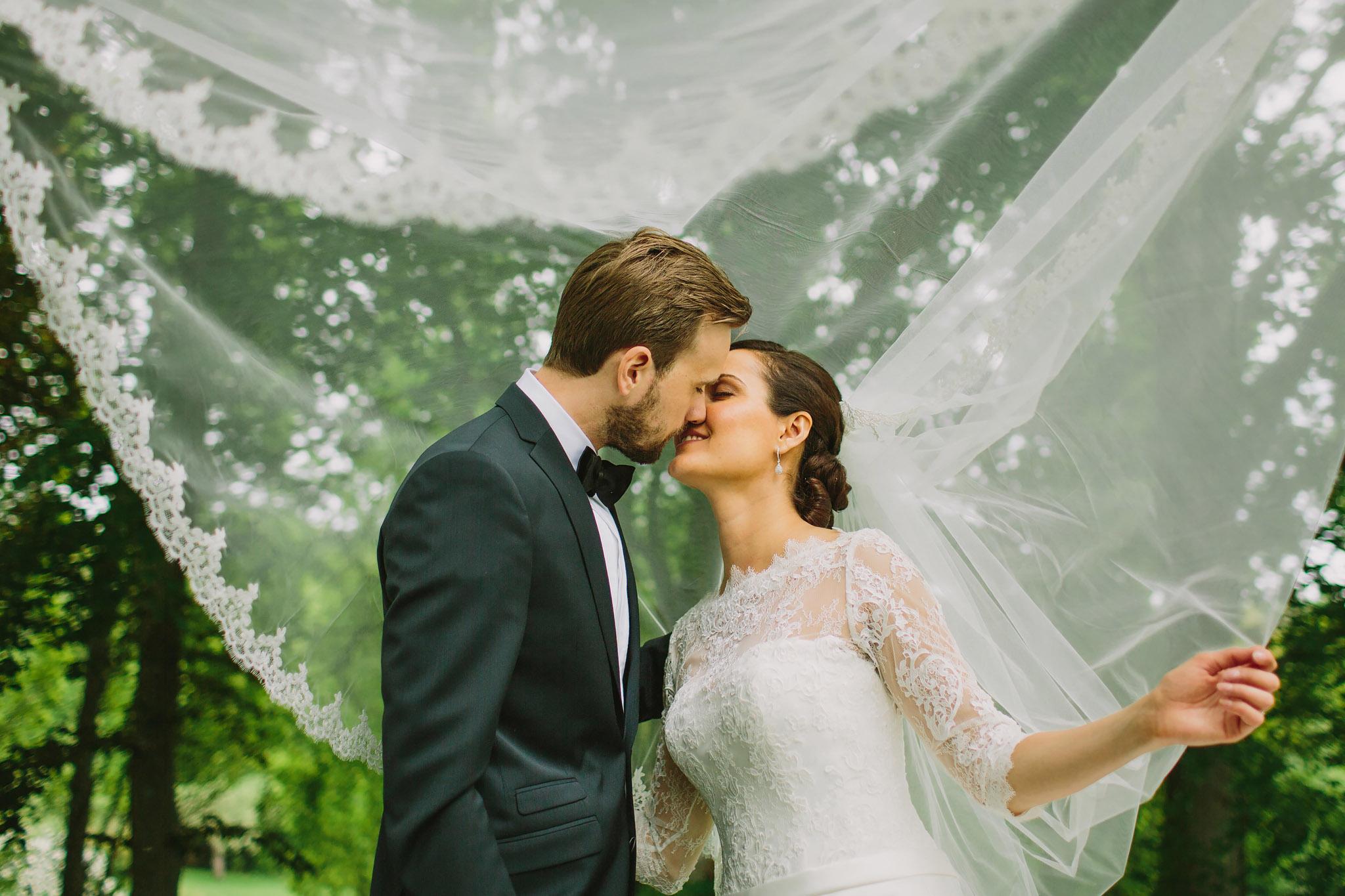 Brudparet under brudens vackra slöja på Bergendals i Sollentun