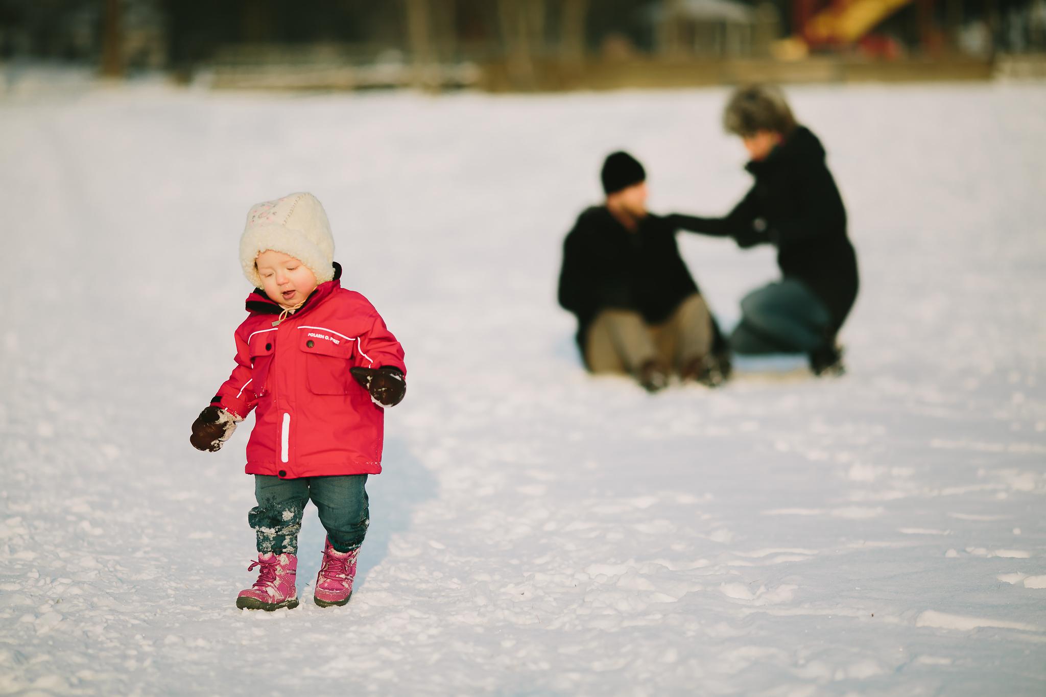 Lek i snön utan föräldrarna