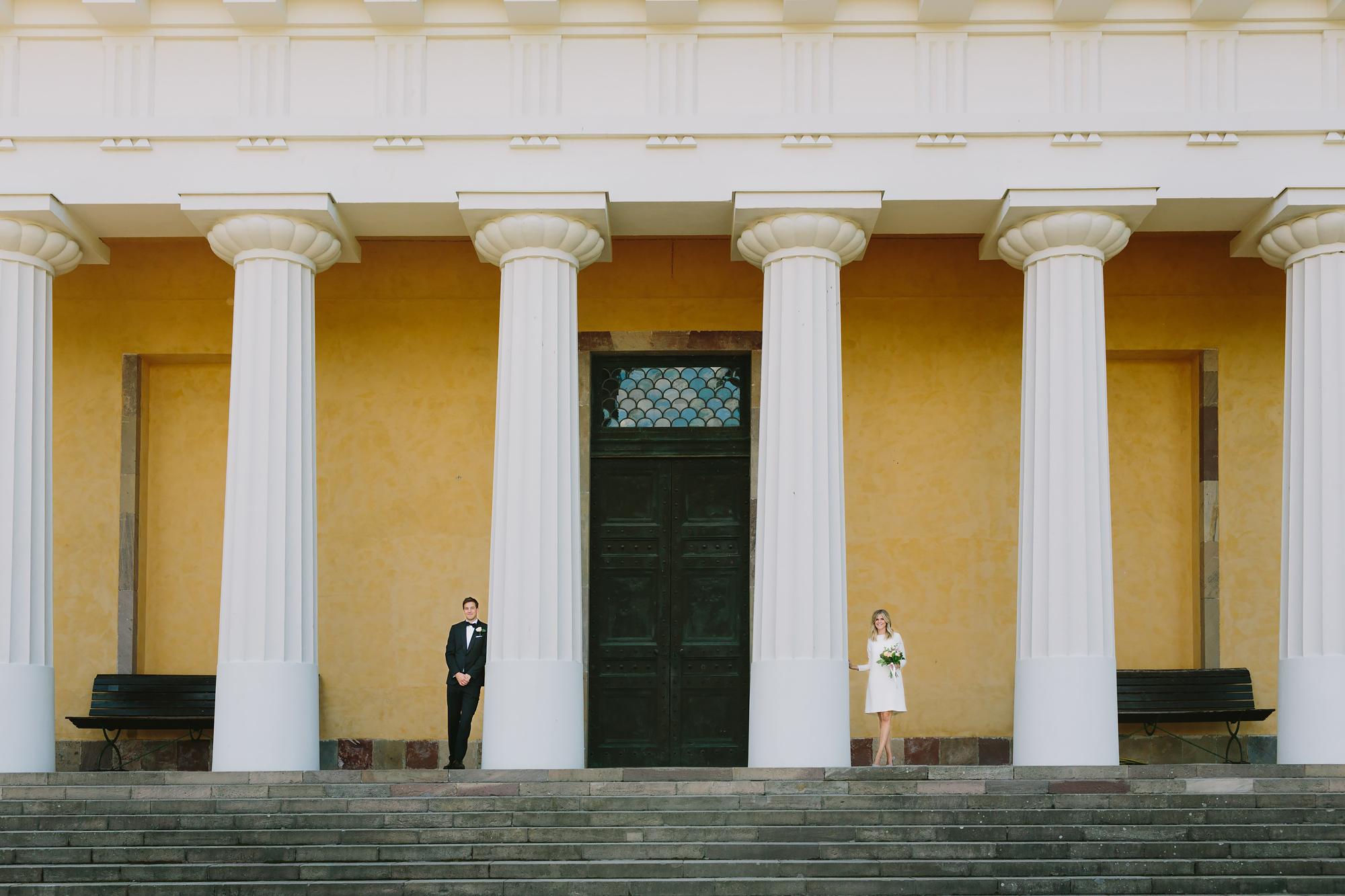 Bröllopsfotograf Uppsala parfoto på stora trappen vid orangeri