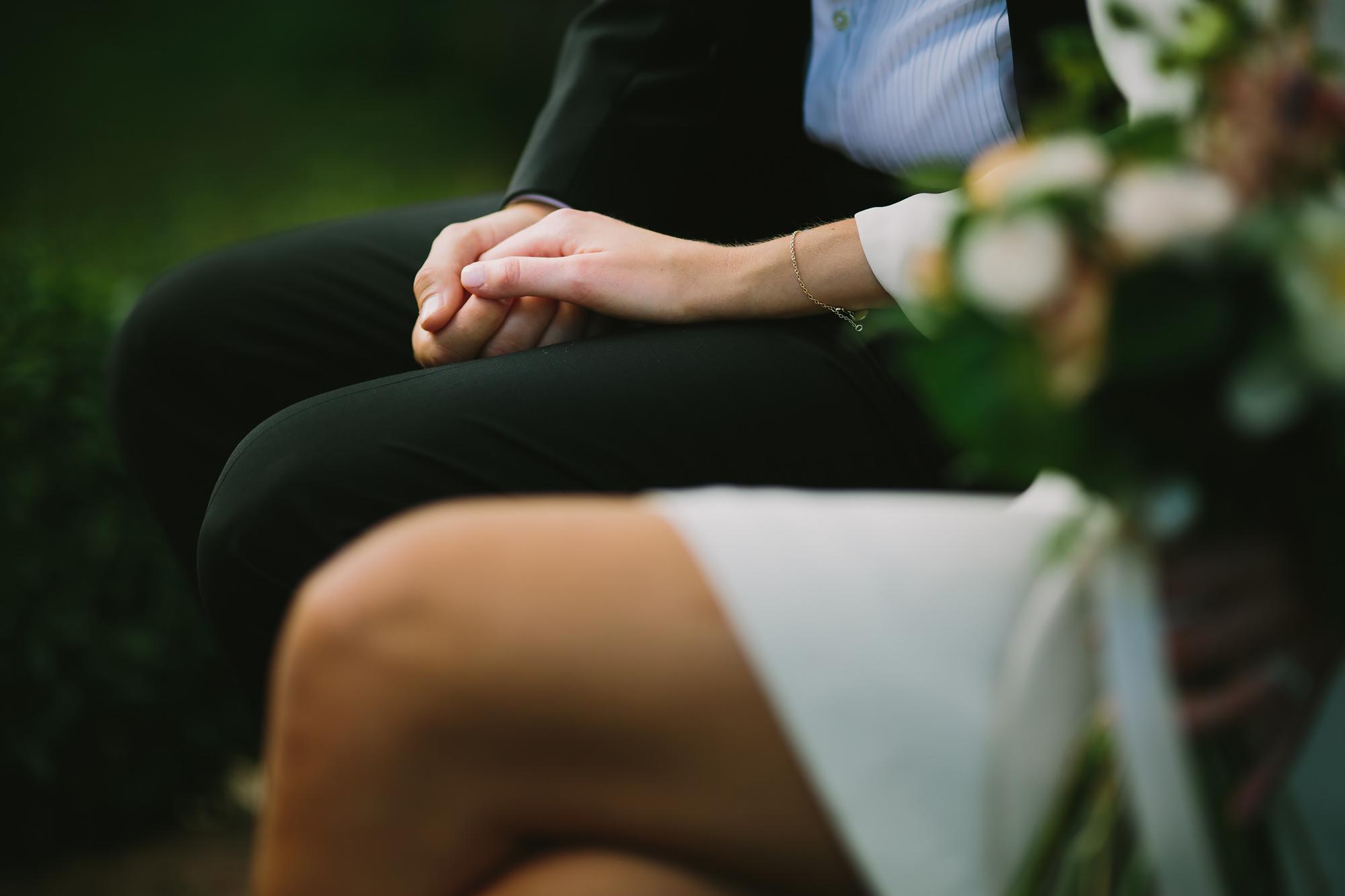 närbild på par som håller händerna
