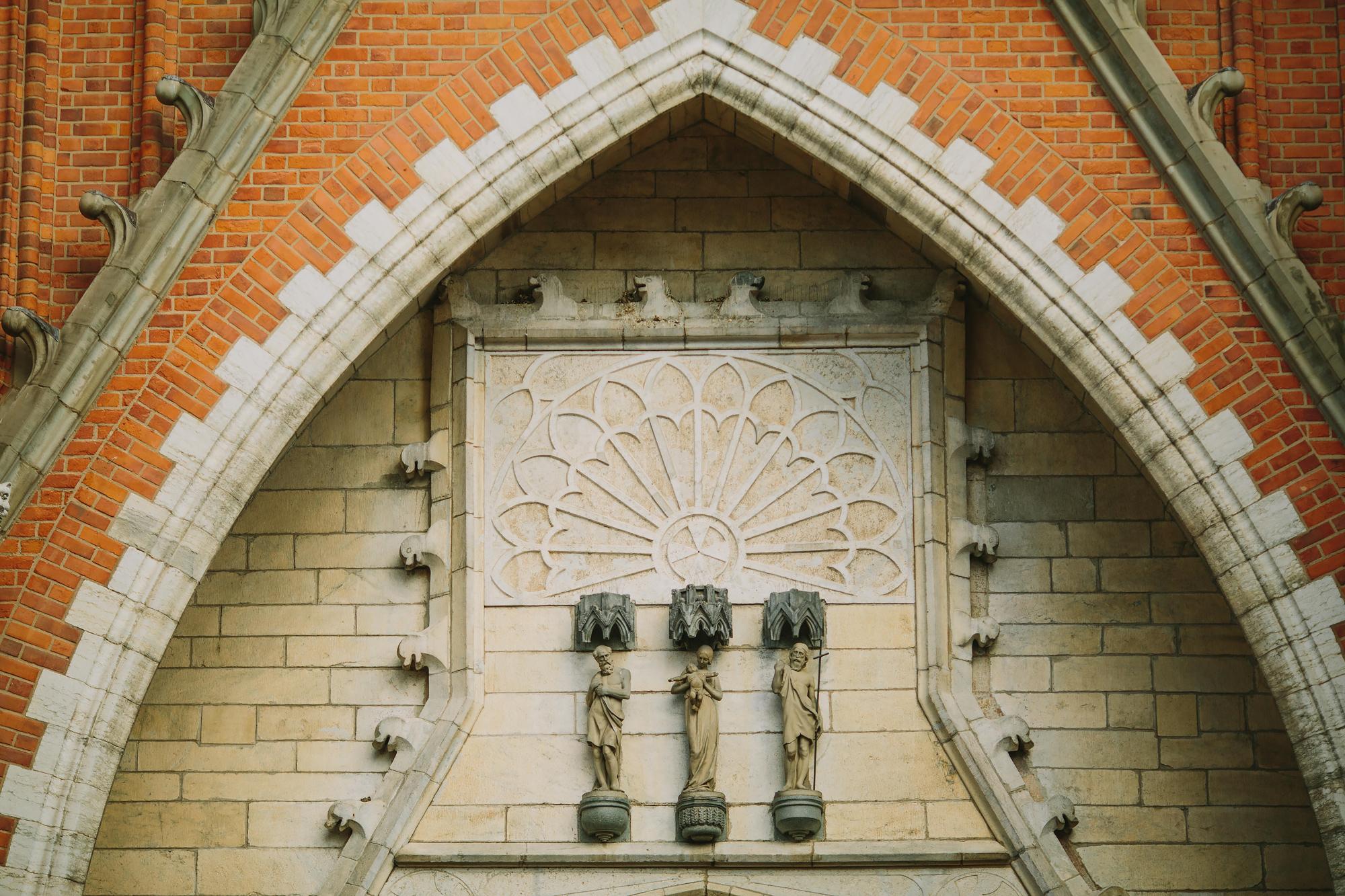 uppsala domkyrka statyer ovanför huvudingången