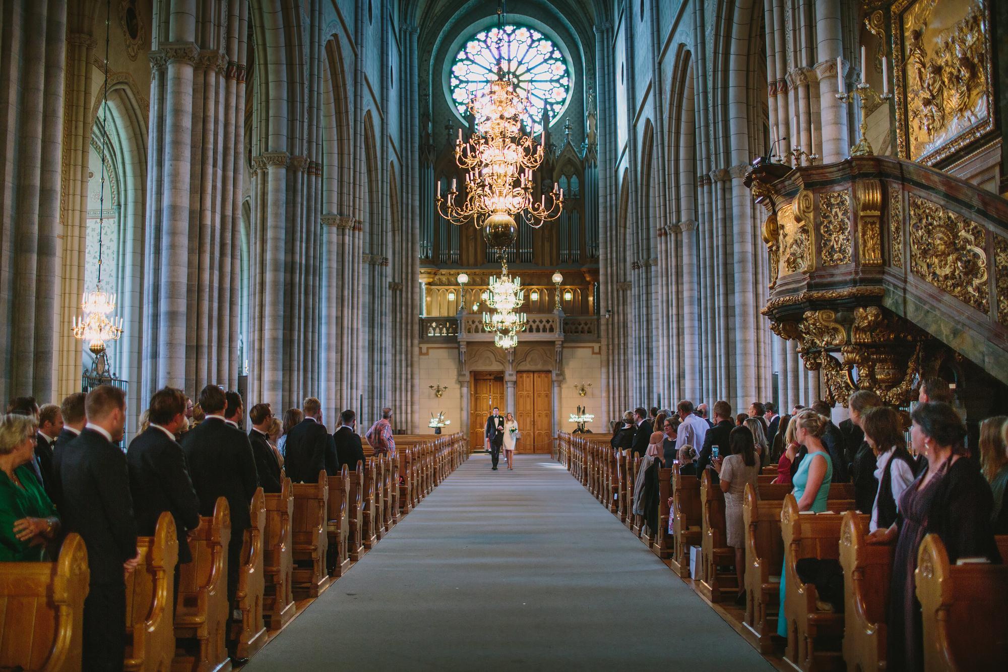 brudparet vandrar in i domkyrkan