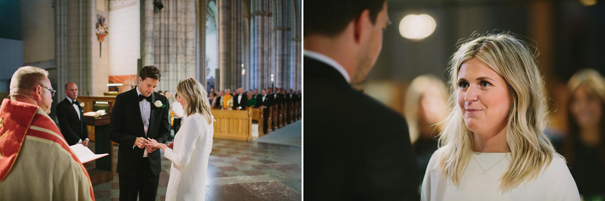 brudgum trär ringen på brudens finger