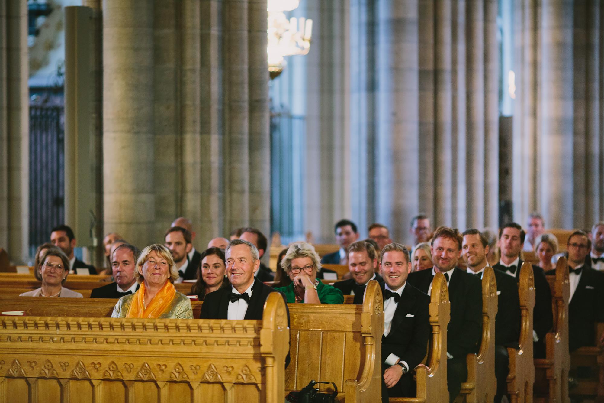 gästerna lyssnar på prästens tal