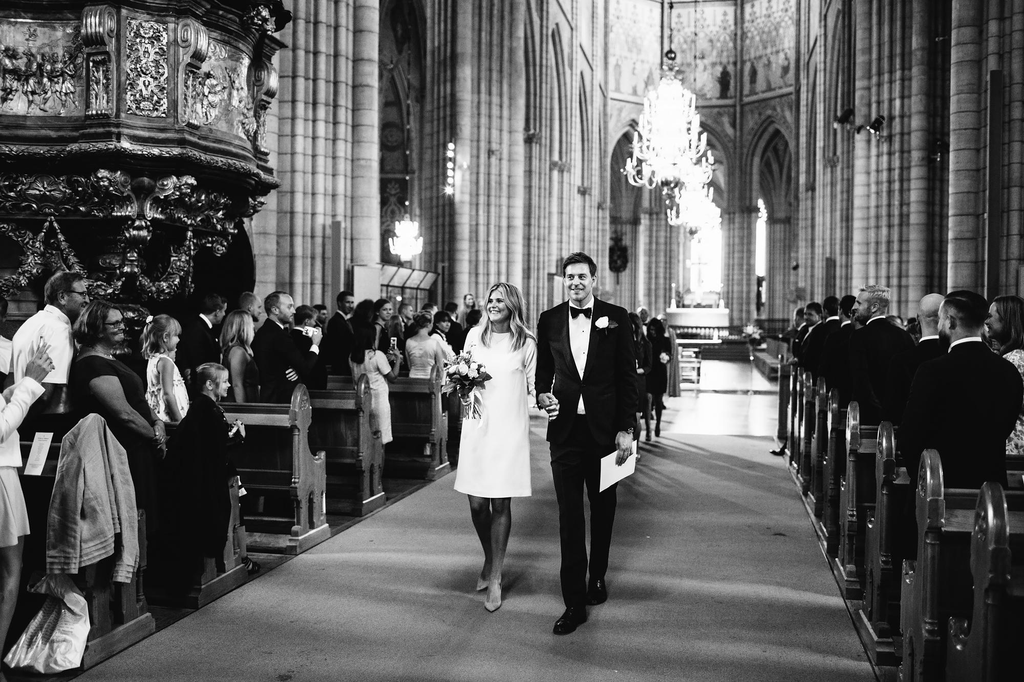 brudparet går ut ur kyrkan
