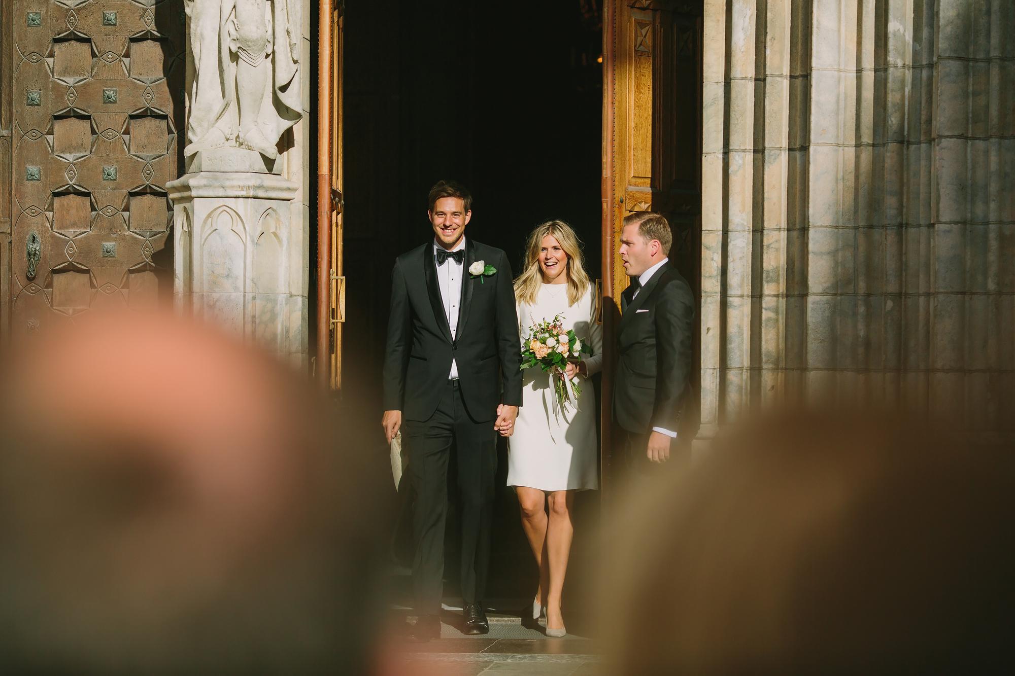 brudparet kommer ut till gästerna utanför kyrkan