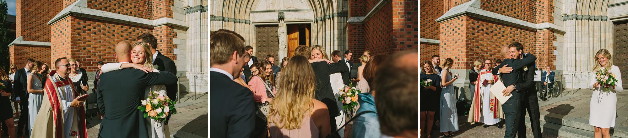 gäster gratulerar brudparet