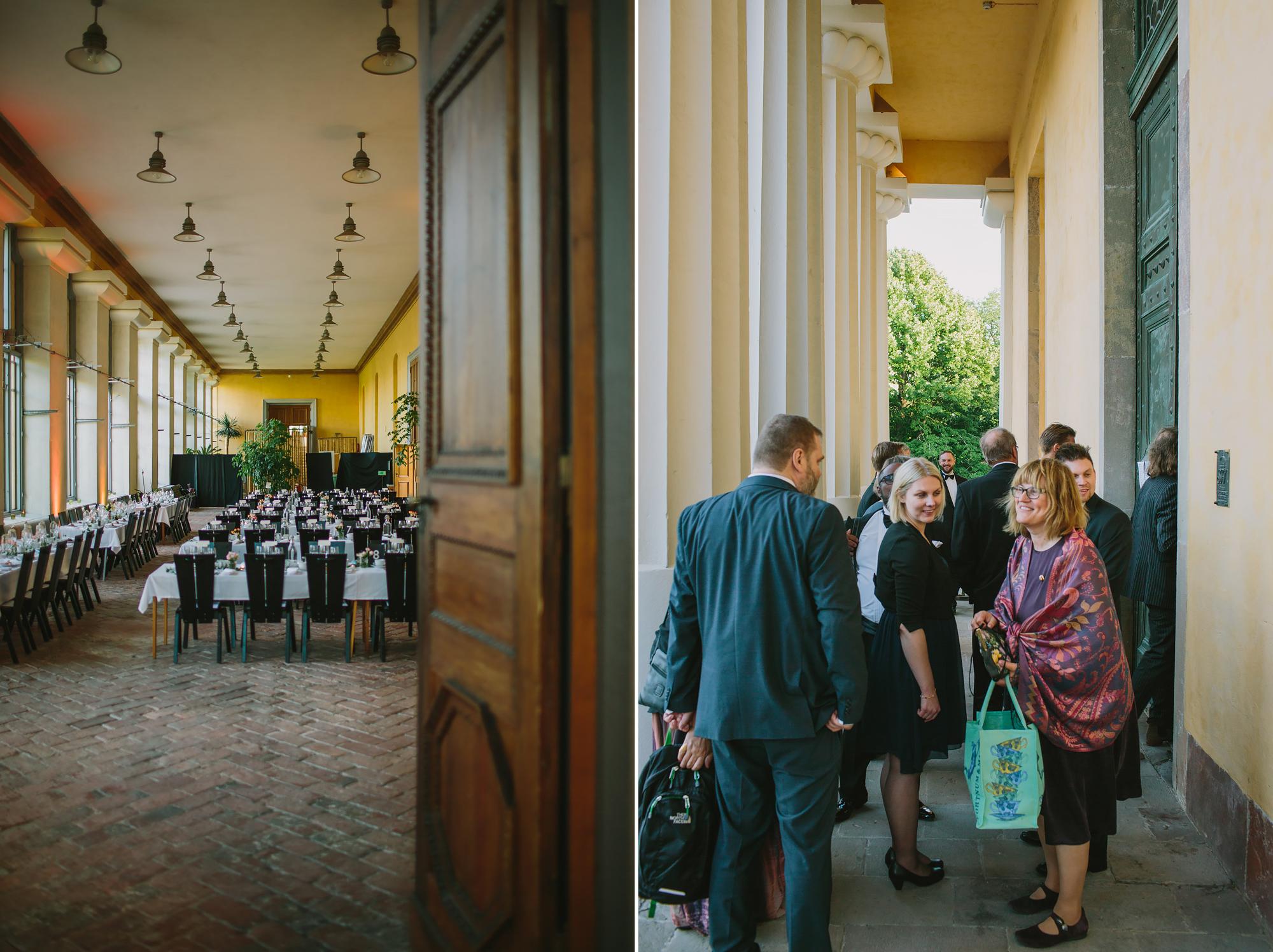 gästerna sätter sig till bords på bröllopsmiddag